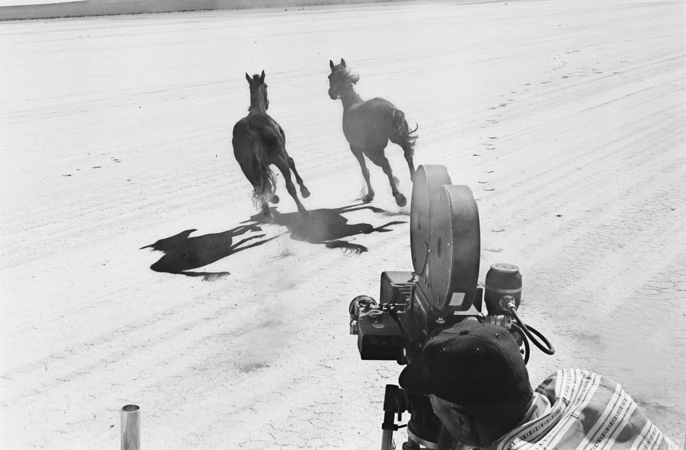 «Неприкаянные» стали одним изпервых вГолливуде фильмов, закадром которого проходила фотосъемка, — продюсеры подписали договор сагентством Magnum.
