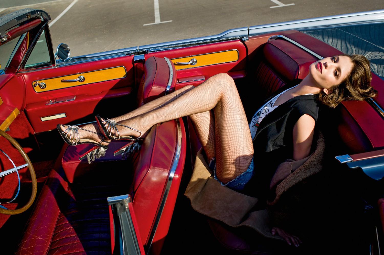 меховое пальто Yves Salomon, жилет имайка Gucci, шорты Tommy Hilfiger, колготки Falke, туфли Christian Louboutin