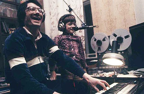 Юрий Чернавский c сыном встудии вМоскве, 1982.