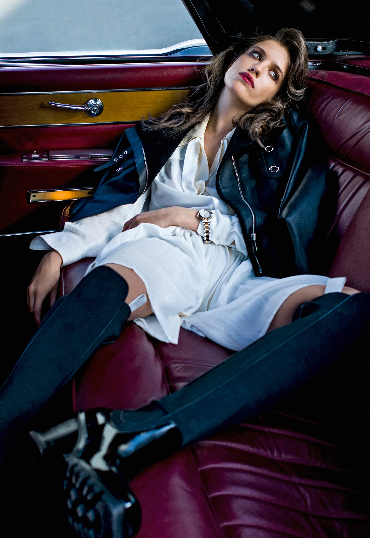 куртка Hermes,  платье иботфрты Louis Vuitton, часы TAG Heuer Aquaracer