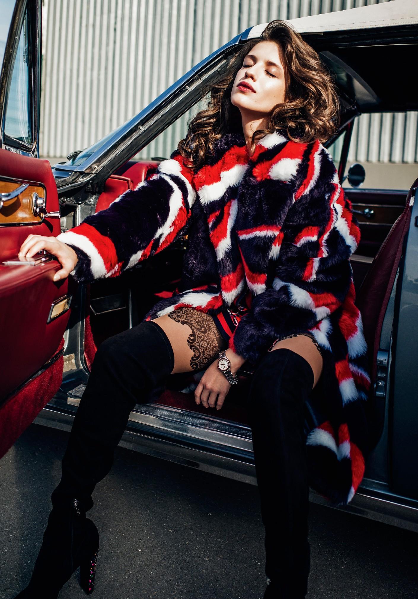 пальто Tommy Hilfiger,  блуза Gucci, колготки Falke, ботфорты Jimmy Choo, часы Tag Heuer Link