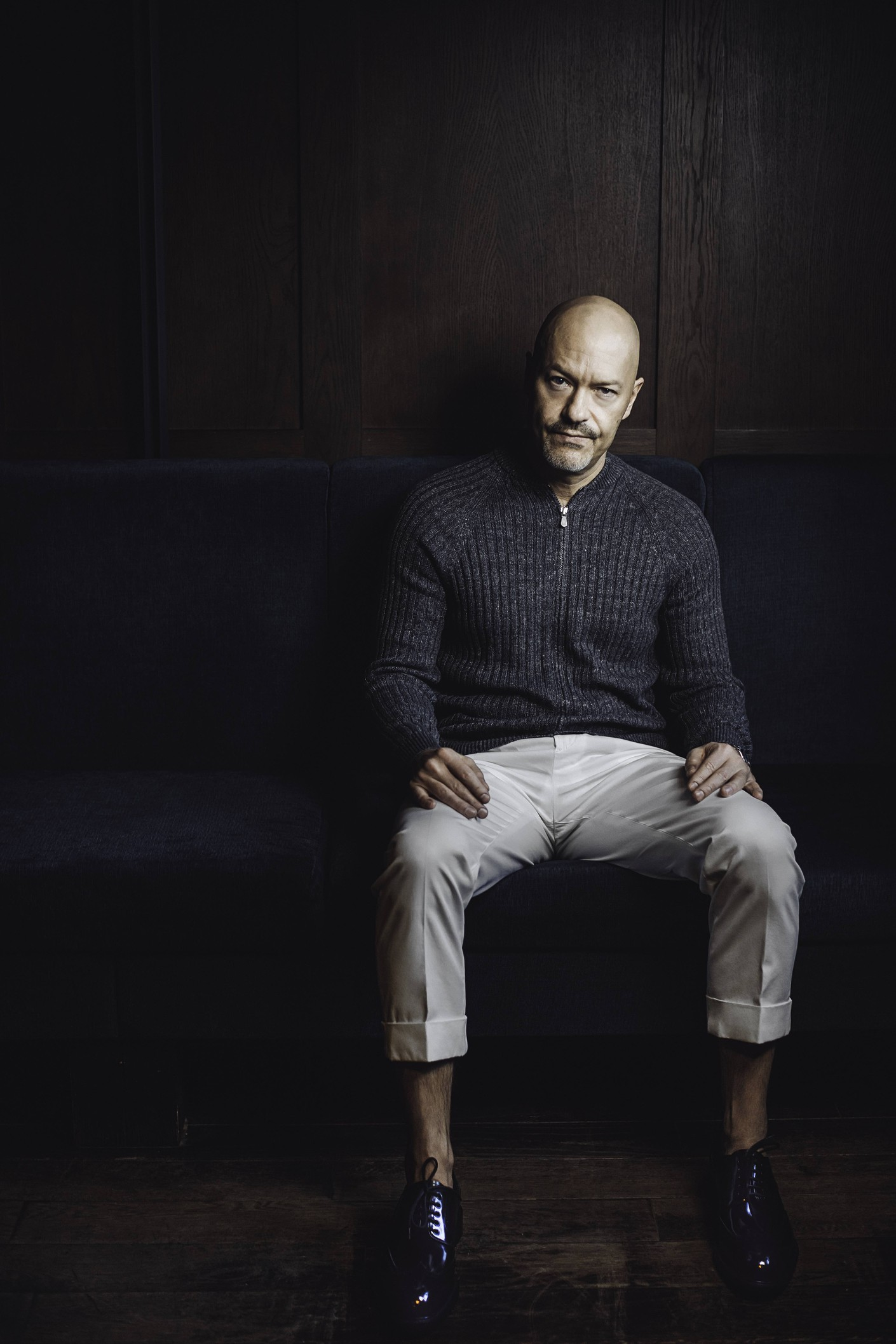 Кардиган, брюки Brunello Cucinelli, ботинки Prada