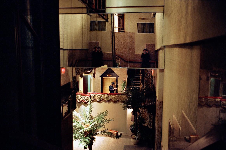 Хасидские браки обычно заключаются черезсватов: незнакомым юношам идевушкам запрещается смотреть друг другу вглаза.