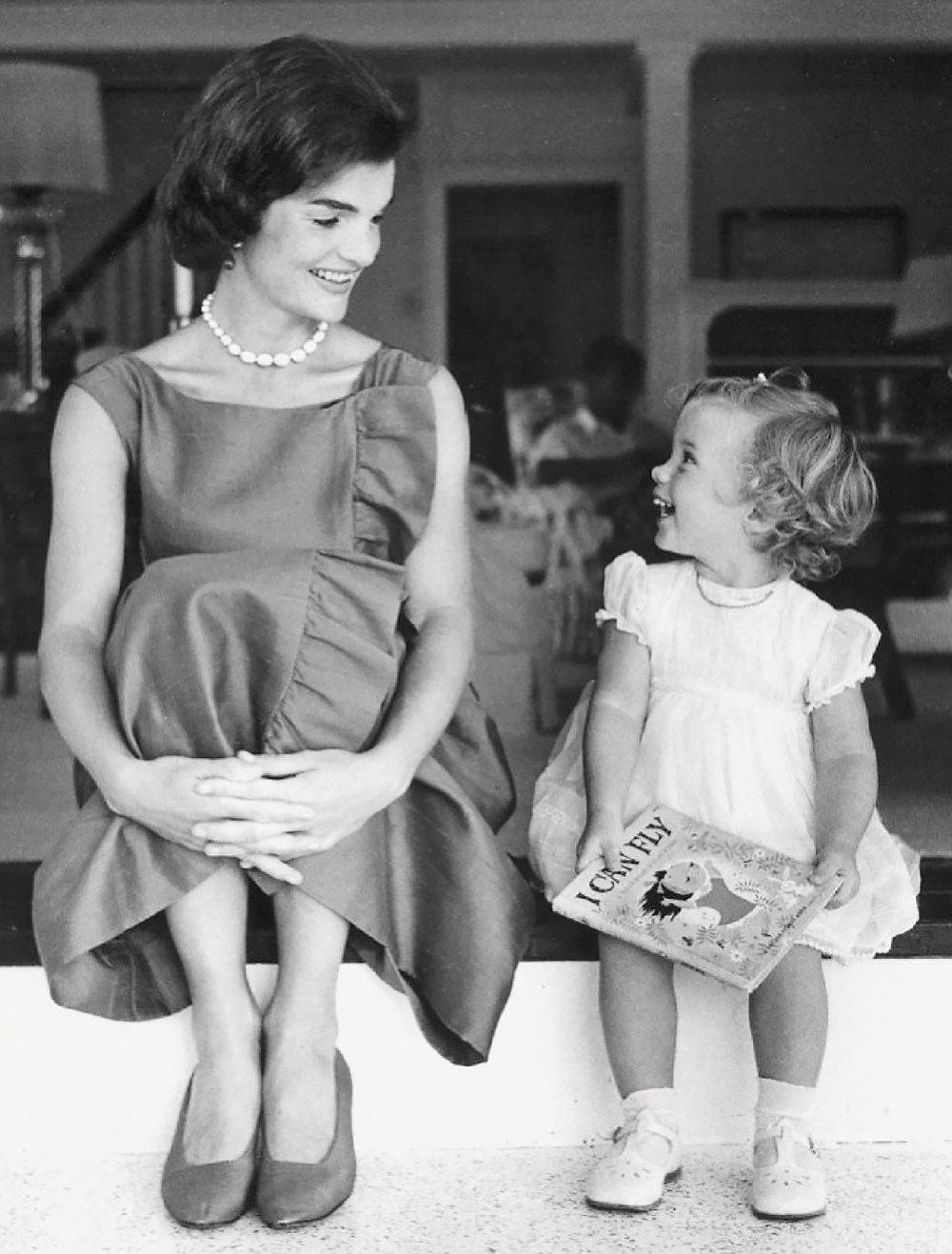Жаклин Кеннеди вплатье Givenchy сдочерью Кэролайн, 1960