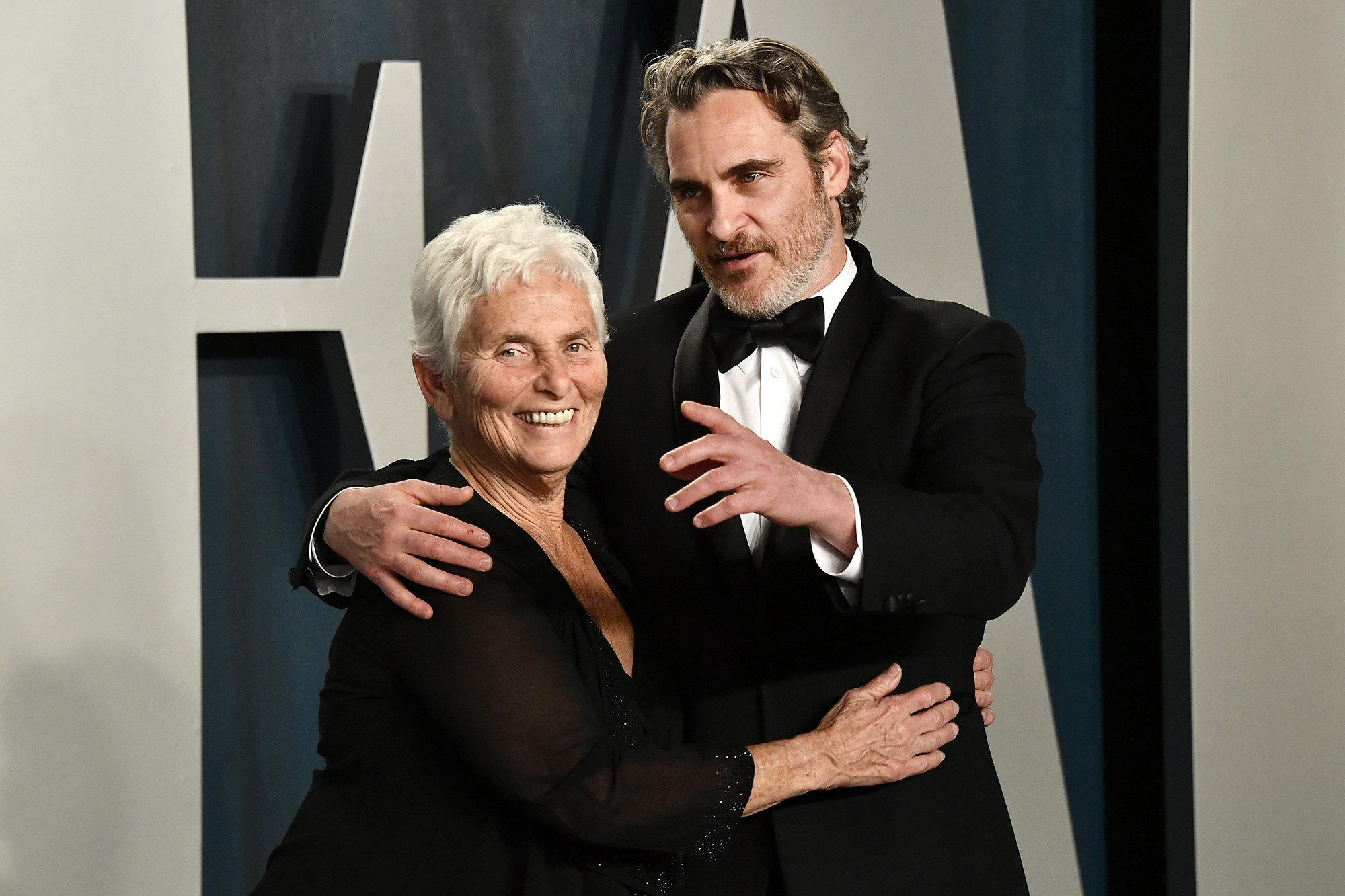Хоакин Феникс со своей мамой Арлин Феникс навечеринке Vanity Fair
