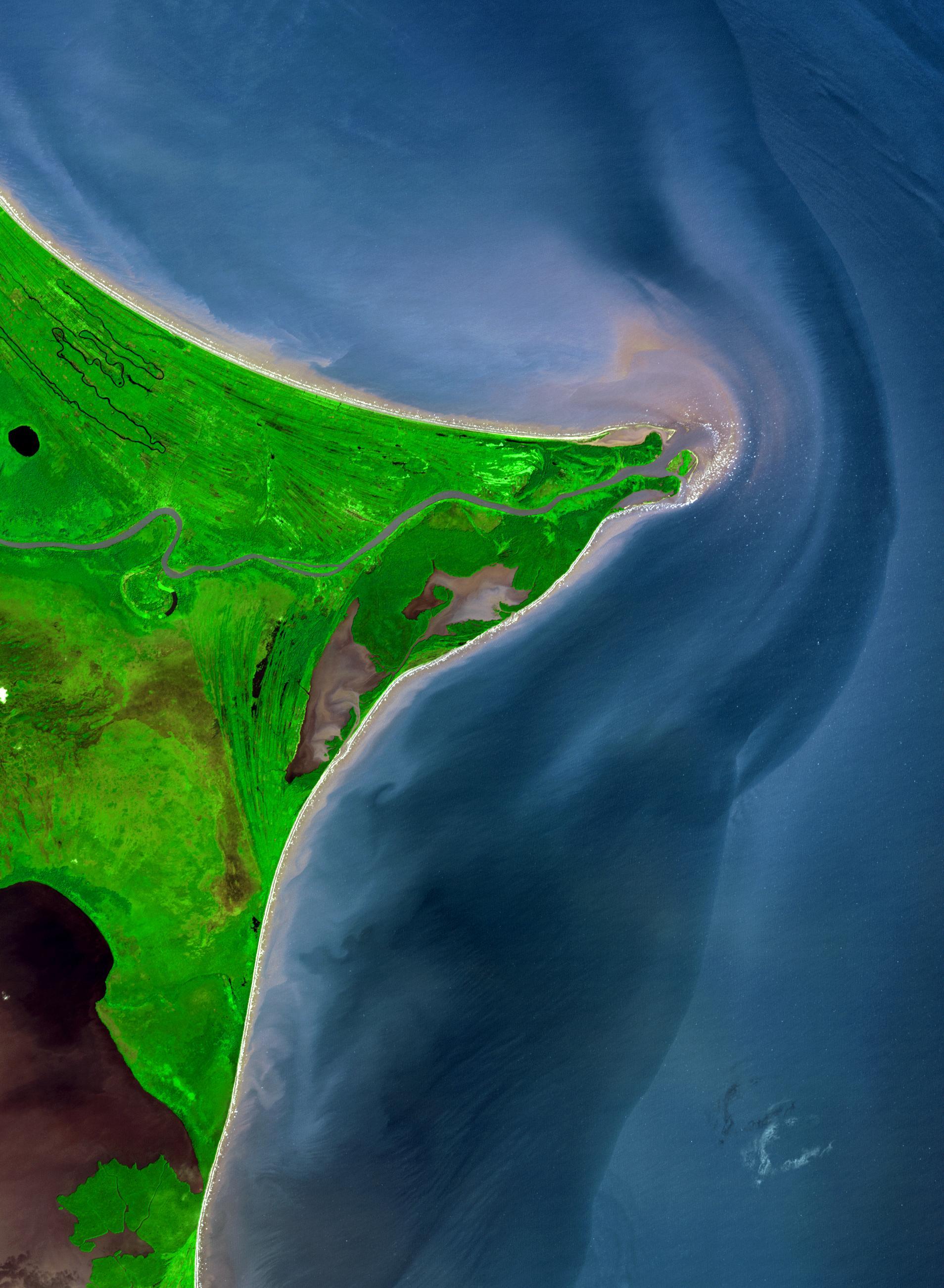 Река Коко напути кКарибскому морю образует границу между Никарагуа иГондурасом. Полинии берега здесь можно видеть низкий рельеф иводоемы — его называют побережьем Москитов (название дали вчесть кореных жителей — индейцев мискито; позже название племени исказили европейские поселенцы). Мискито « невысокие ис очень смуглой кожей. Первое европейское поселение появилось здесь в1630 году, когда агенты английской дипломированной провиденческой компании заняли две небольшие набережные иустановили дружеские отношения сместными жителями.