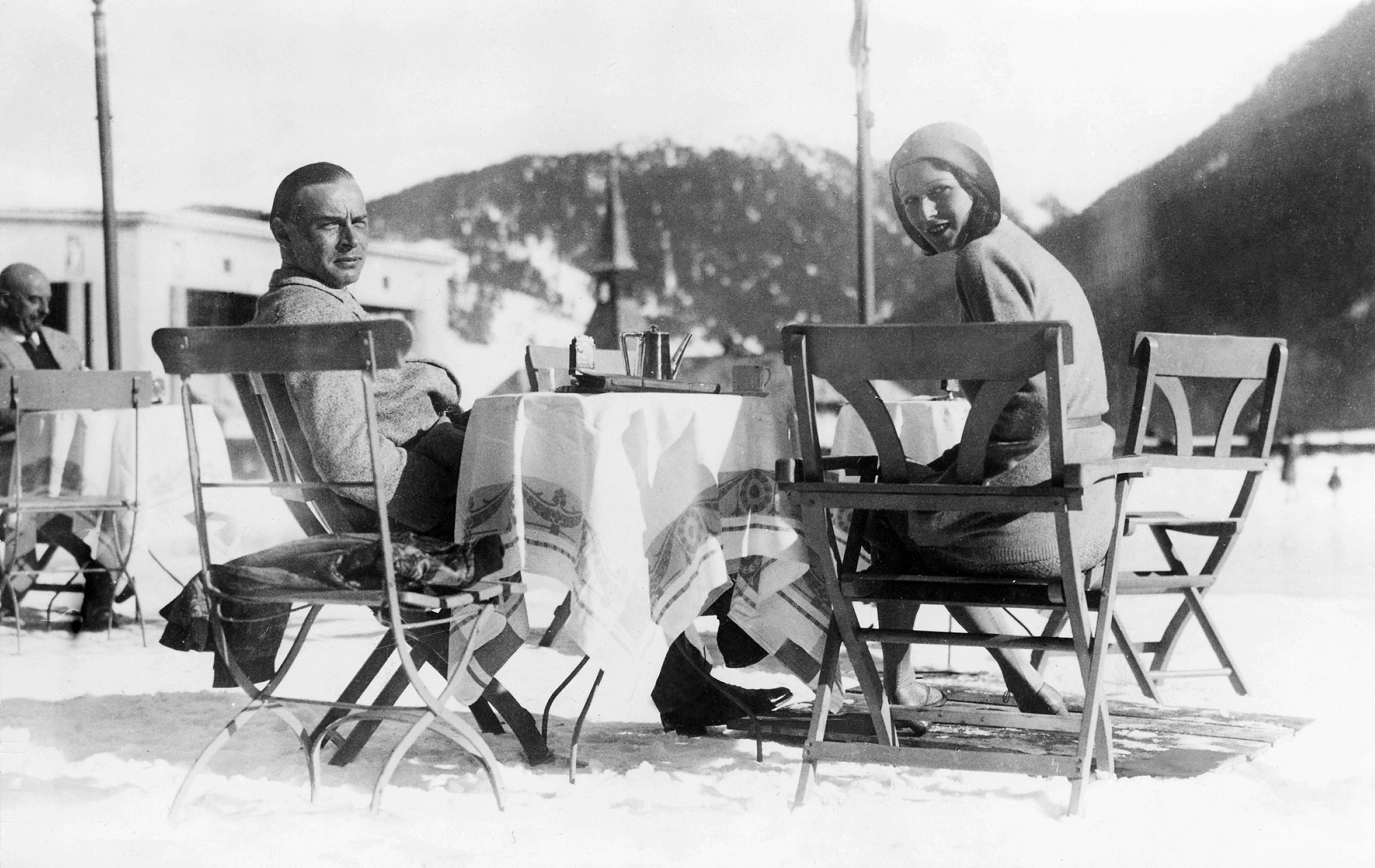 Эрих Мария Ремарк сголливудской актрисой ибудущей женой Полетт Годдар вДавосе, Швейцария, 1 января 1930 года