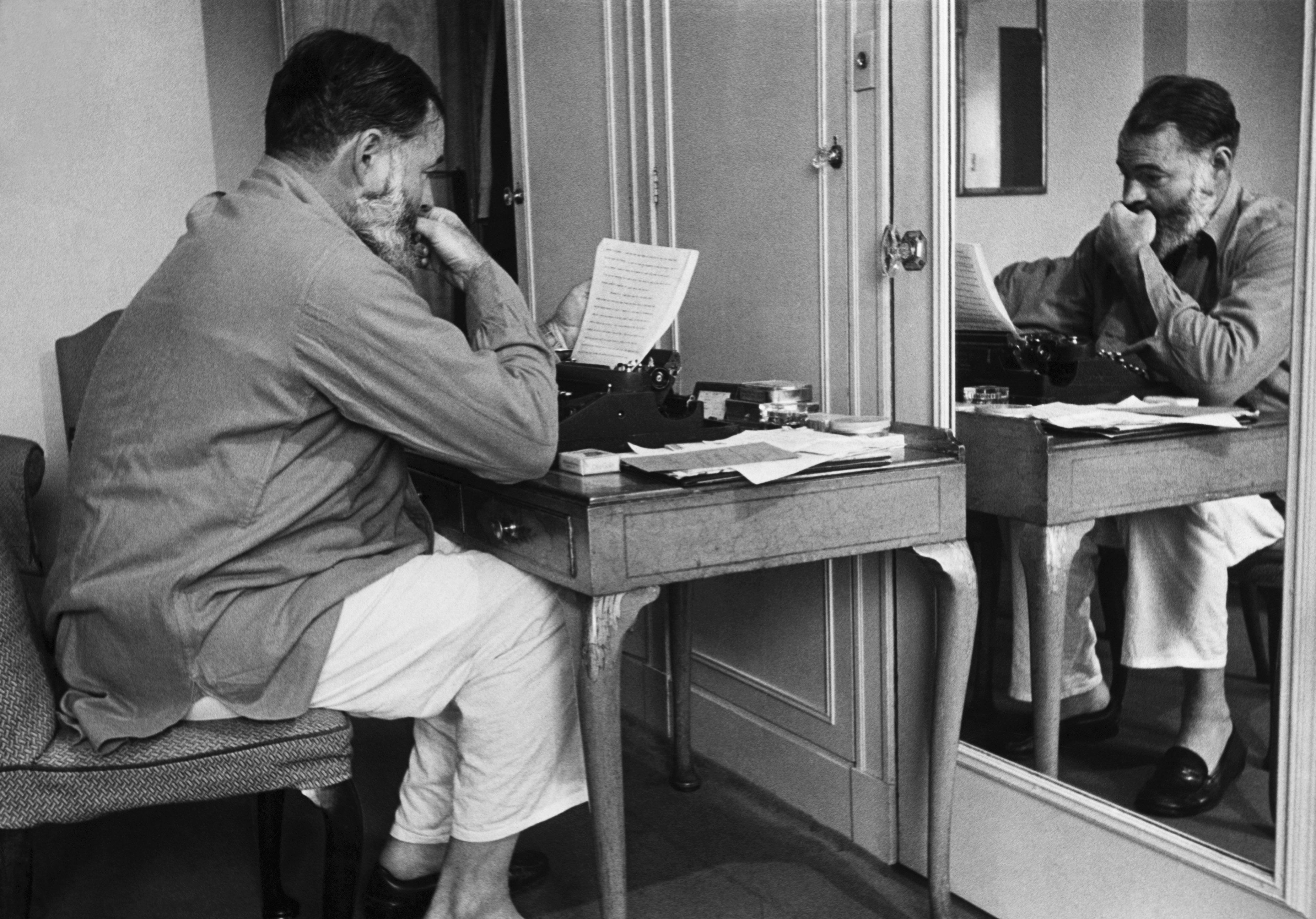 Эрнест Хэмингуэй перечитывает свои заметки времен Второй мировой войны