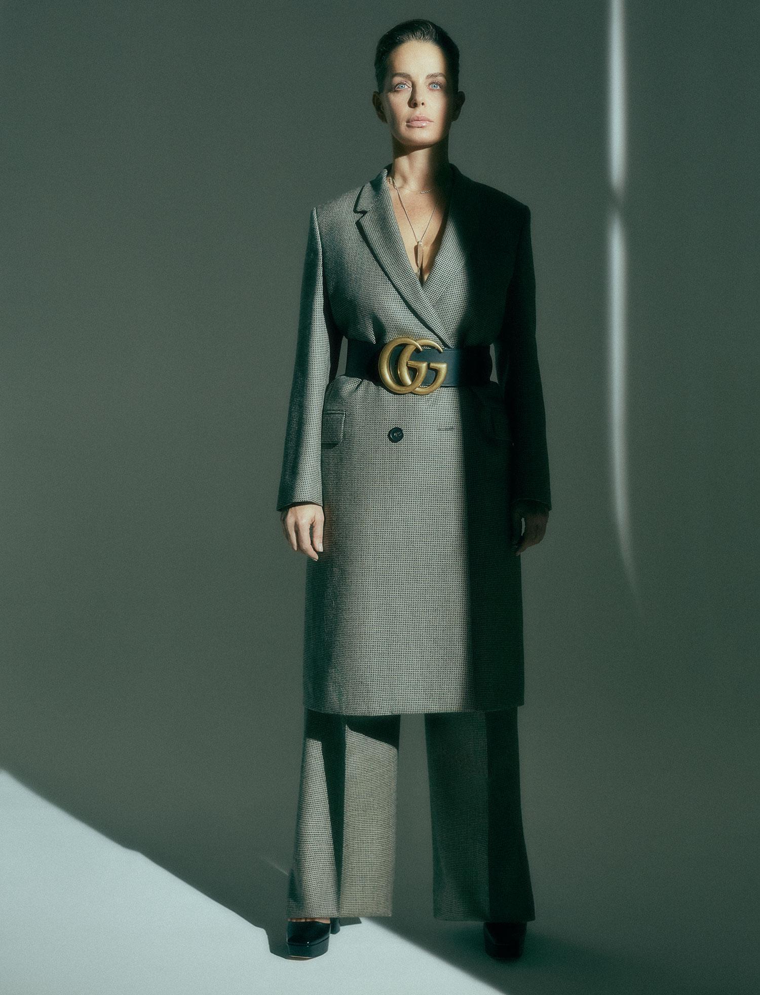 Пальто ибрюки Fendi; ремень Gucci; туфли Prada