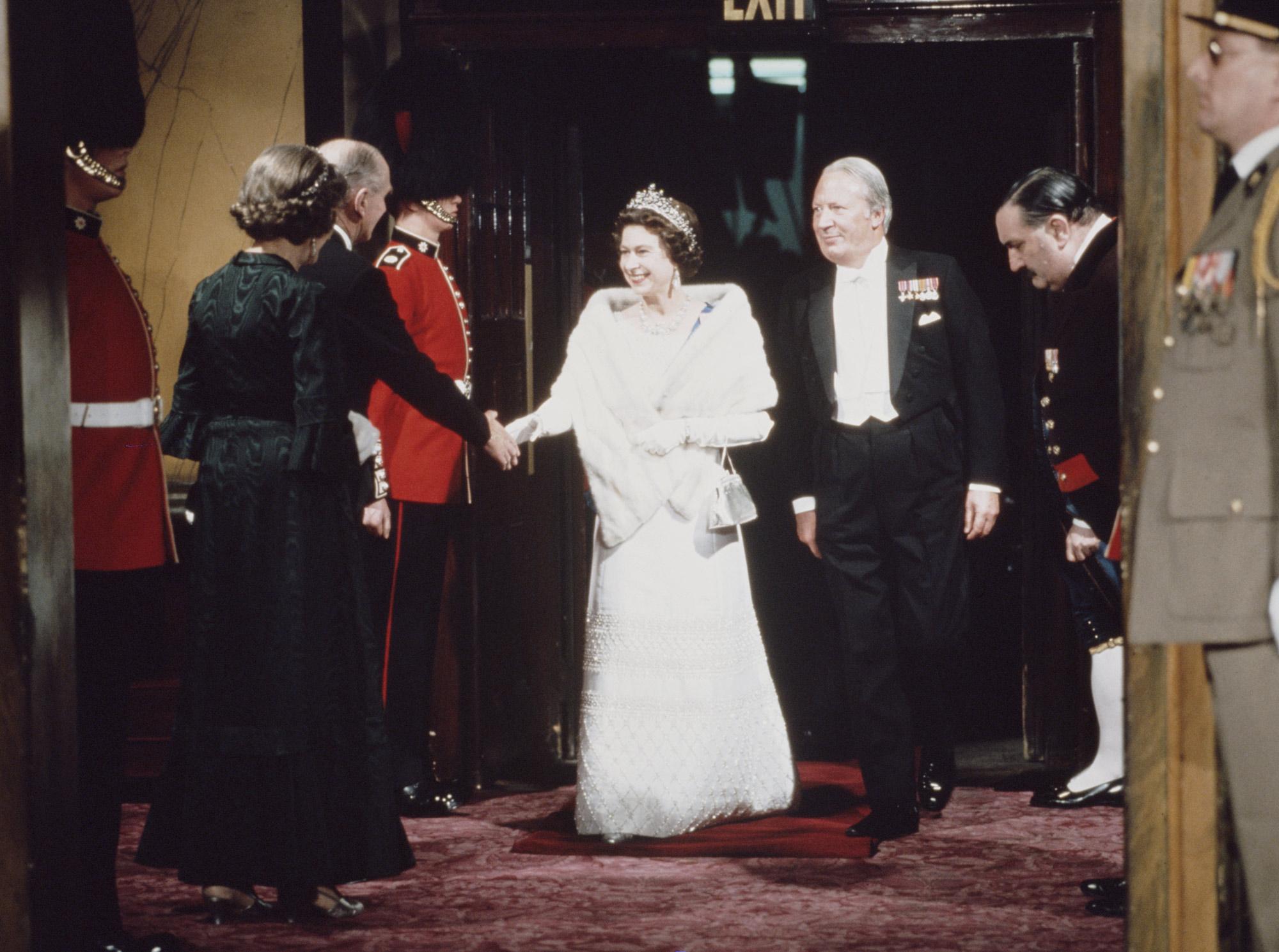 Елизавета II ибританский премьер-министр Эдвард Хит (с 1970 по1974 годы) нагала-вечере, посвященном вступлению Великобритании вЕЭС.