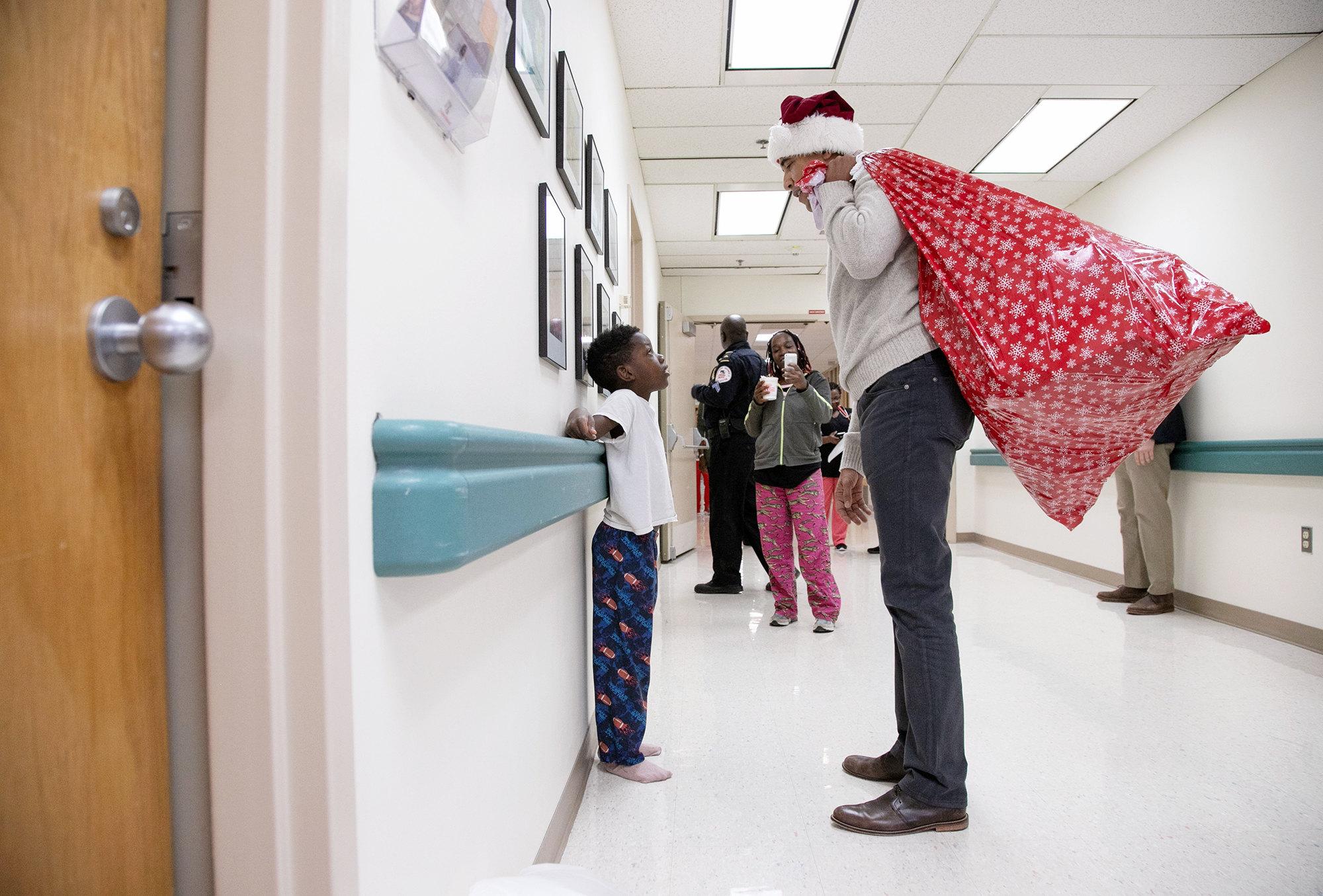 Бывший президент США Барак Обама принес подарки длядетей, которые проходят лечение вДетском национальном медицинском центре вВашингтоне, округ Колумбия, 19 декабря 2018 года
