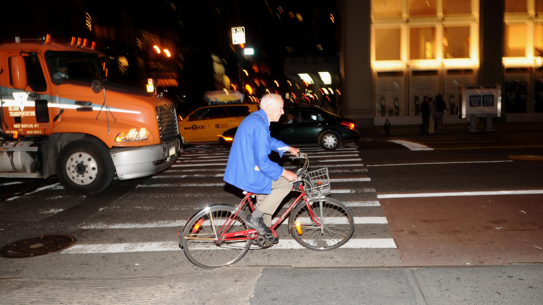 Билл Каннингем вНью-Йорке влюбимой синей куртке ина любимом виде транспорта