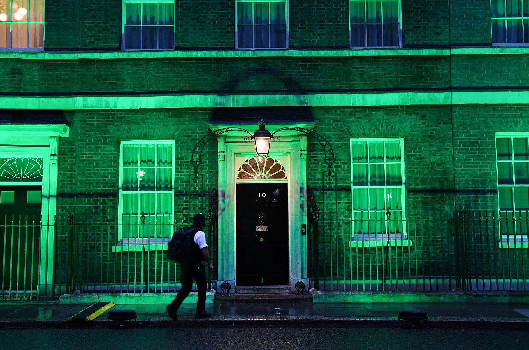 Официальная резиденция британского премьер-министра наДаунинг-стрит, 10 подсвечена зеленым цветом впамять ожертвах пожара влондонской башне Grenfell Tower. Смомента трагедии, унесшей жизни 72 человек, прошло два года