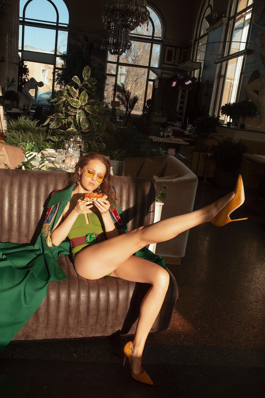 Кейп иремень Gucci; купальник Eres; туфли Manolo Blahnik; очки Garrett Leight; серьги Tiffany HardWear, Tiffany & Co.