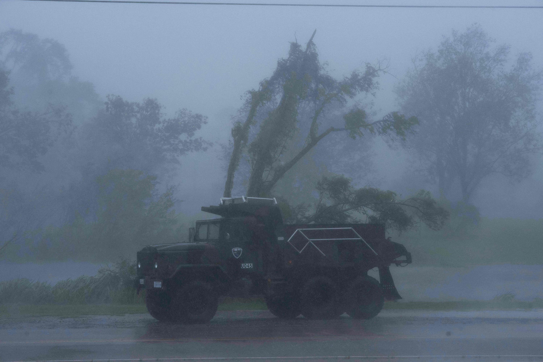 Грузовик едет сильным сквозь дождь иураган, 29 августа 2021 года.
