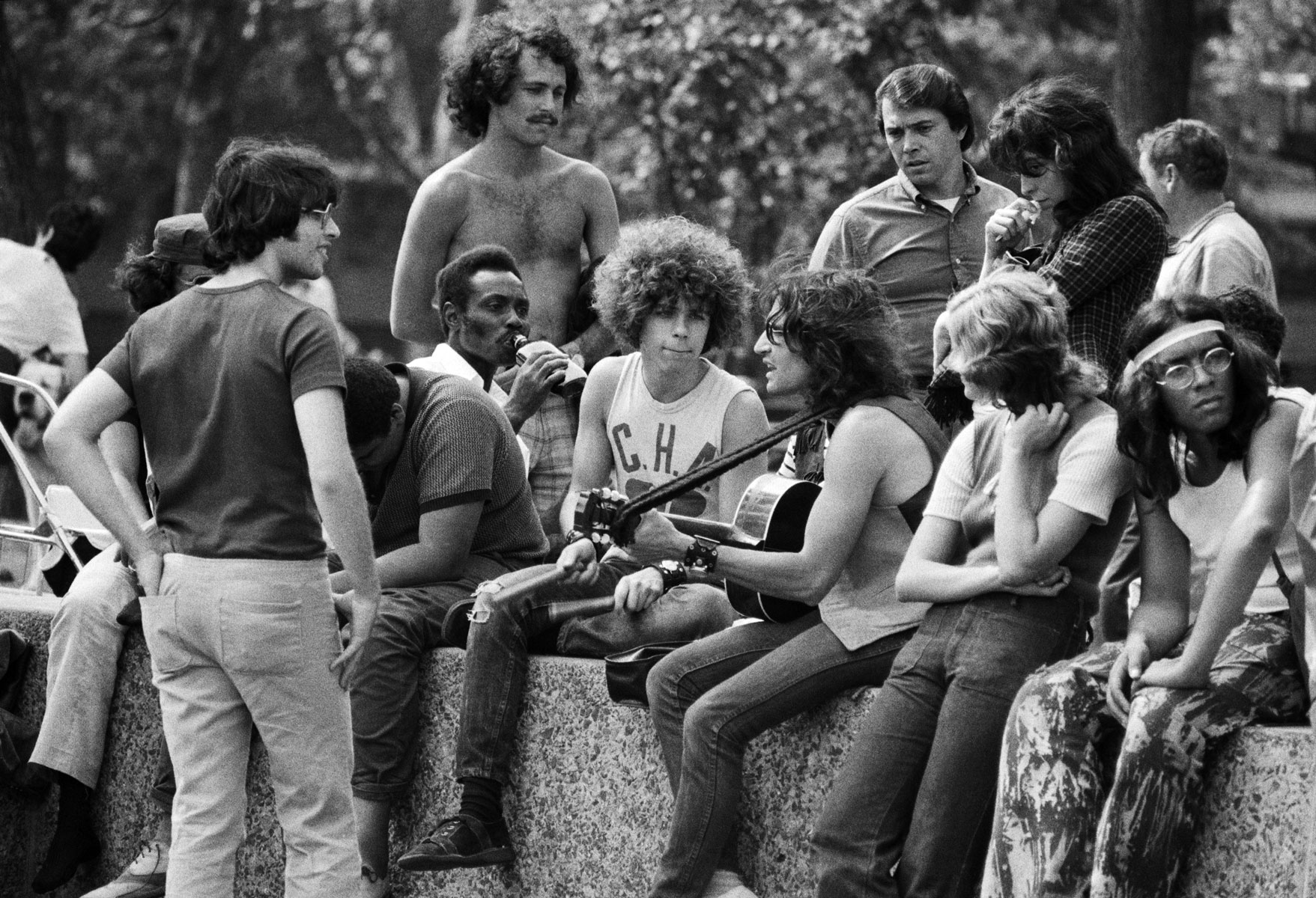 A group of hippies listen to a singer-guitarist in a New York City park Фото: Bettmann / Getty Images