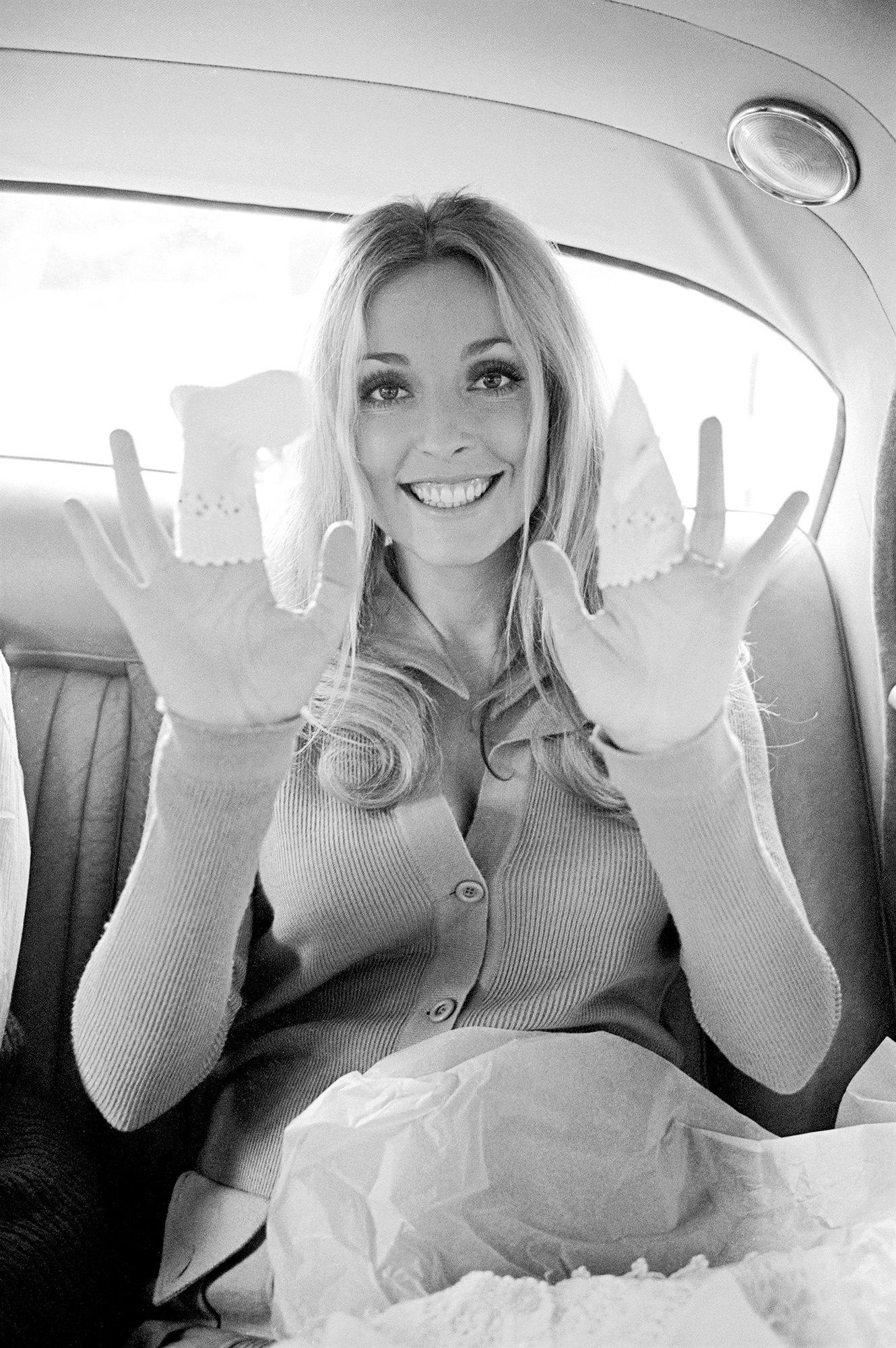 Беременная Шерон Тэйт влондонском такси сносочками дляноворожденных, 6 августа 1969 года. Фотография была сделана затри дня доубийства актрисы.