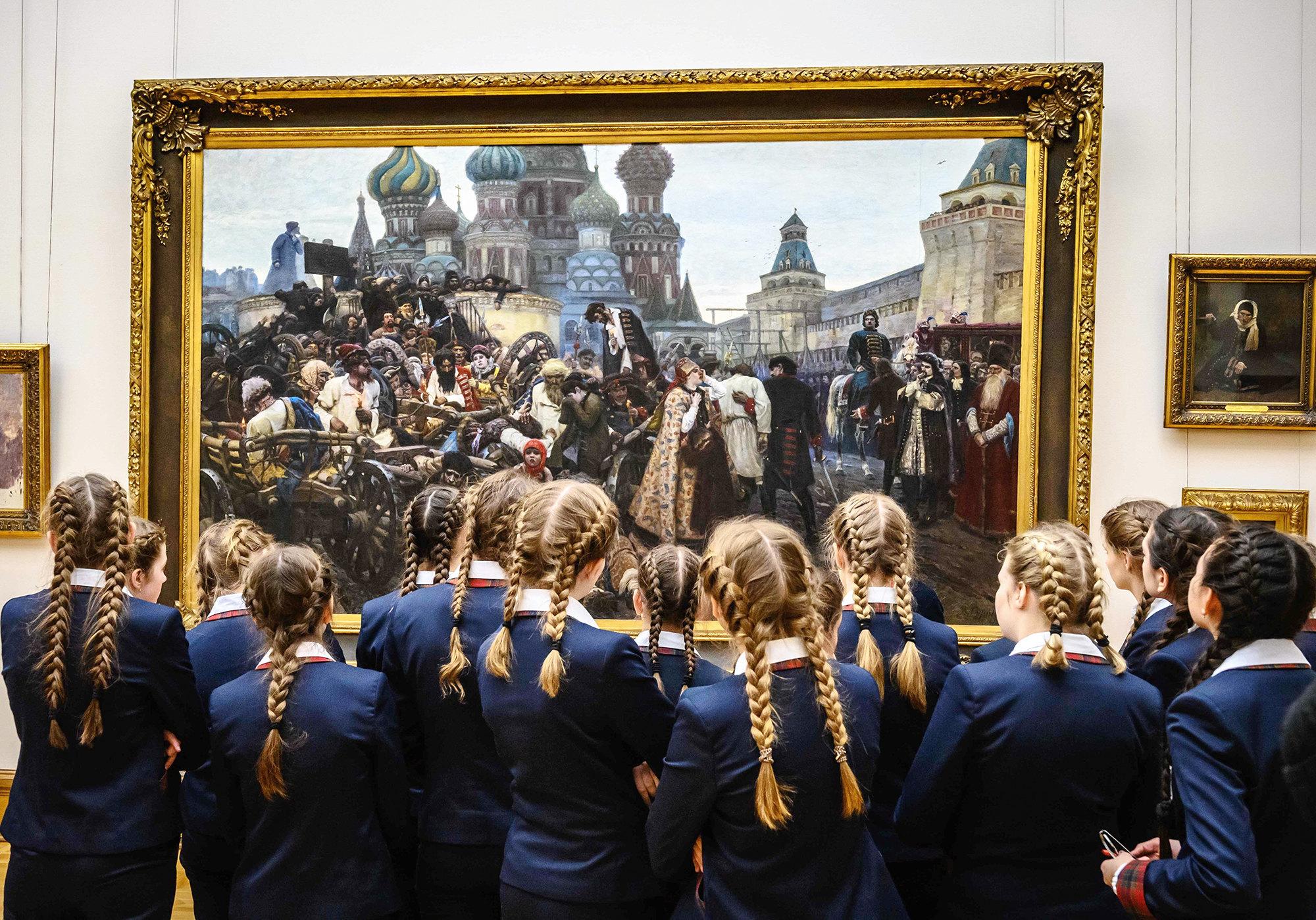 Школьницы смотрят накартину Василия Сурикова