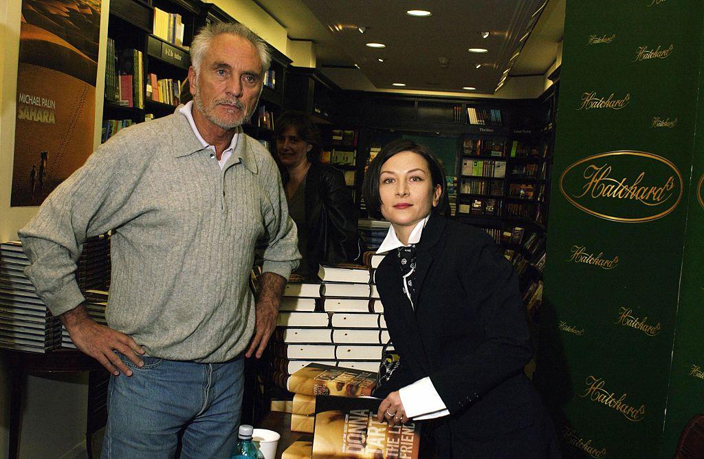 Донна Тартт сбританским актером Теренсом Стэмпом напрезентации ее романа