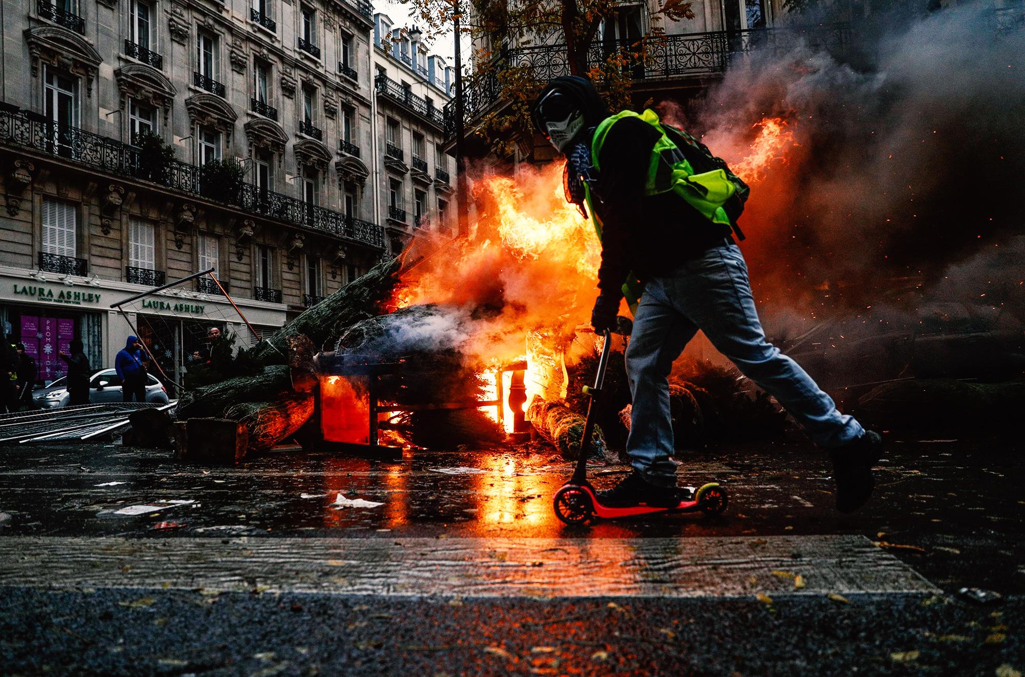 Демонстрант уезжает насамокате спротеста «желтых жилетов»
