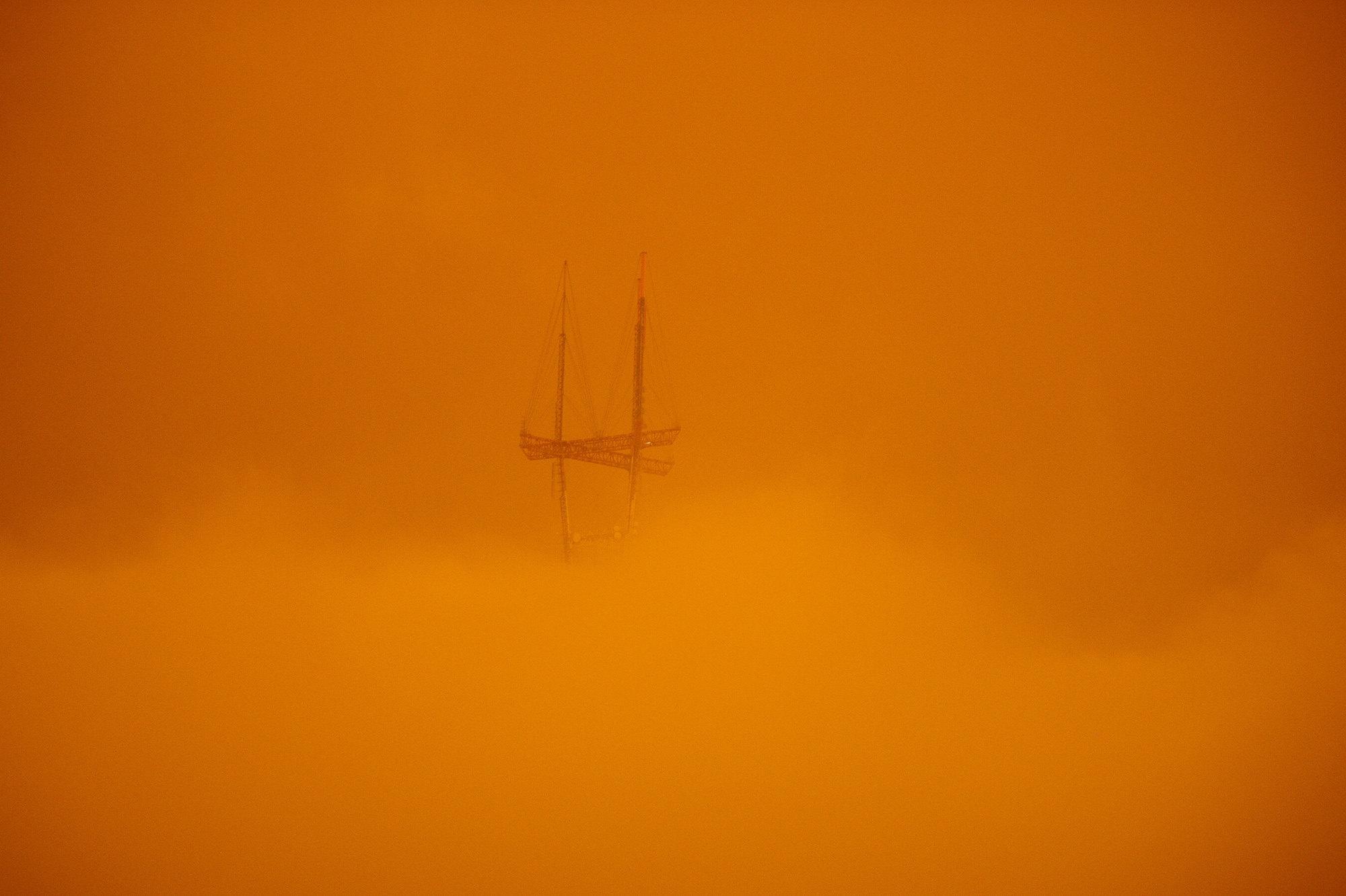В районе залива дымка держится выше уровня земли, поэтому местные жители почти нечувствуют запаха.