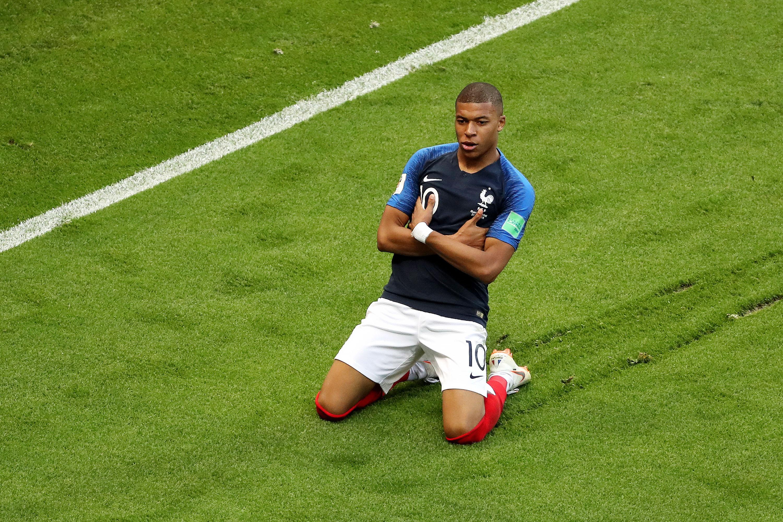 19-летний Килиан Мбаппе забивает второй гол вматче против Аргентины истановится автором самого «молодого» дубля начемпионате мира после Пеле.