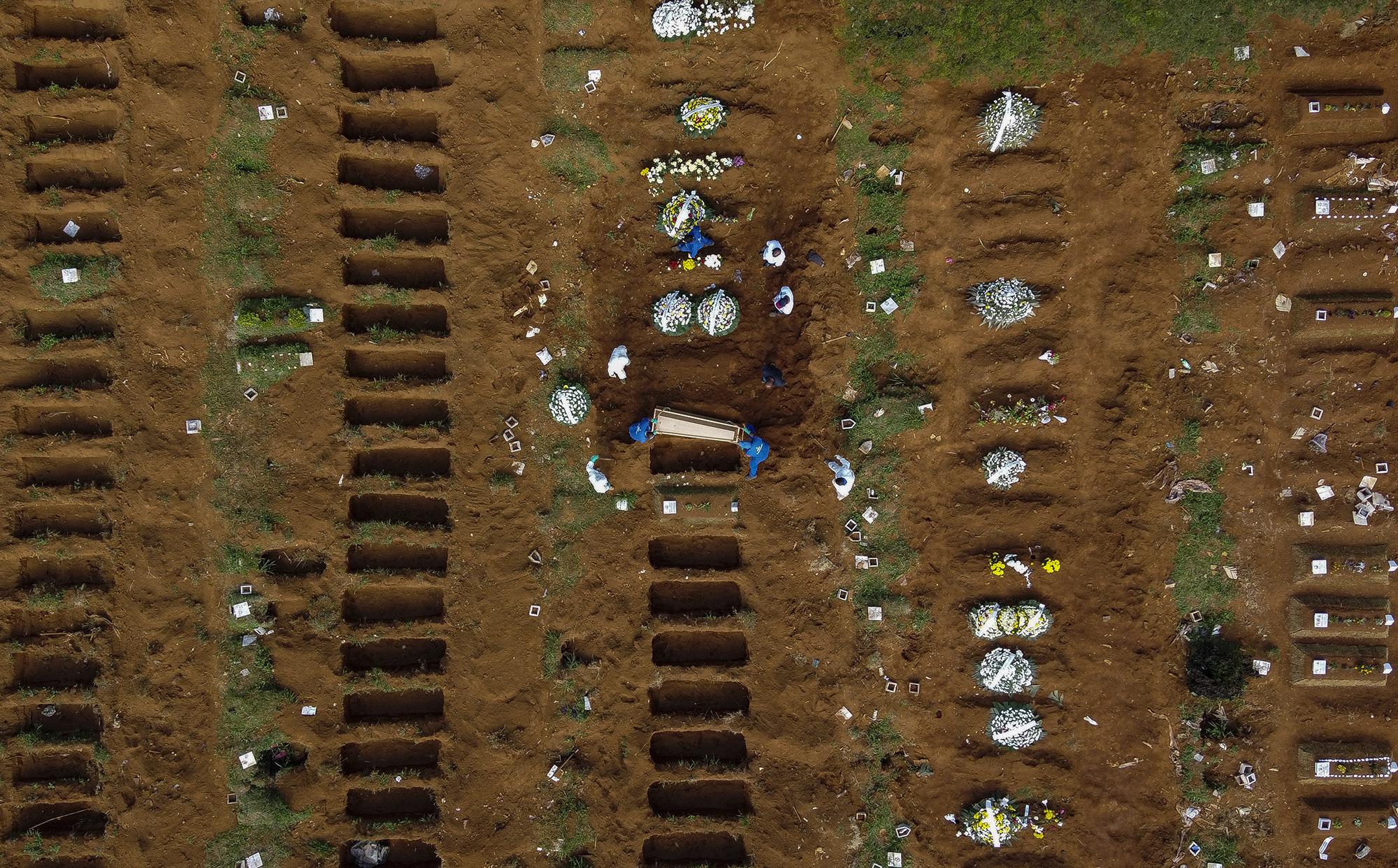 В Сан-Паулу тоже роют братские могилы, потому как накладбищах заканчиваются места.