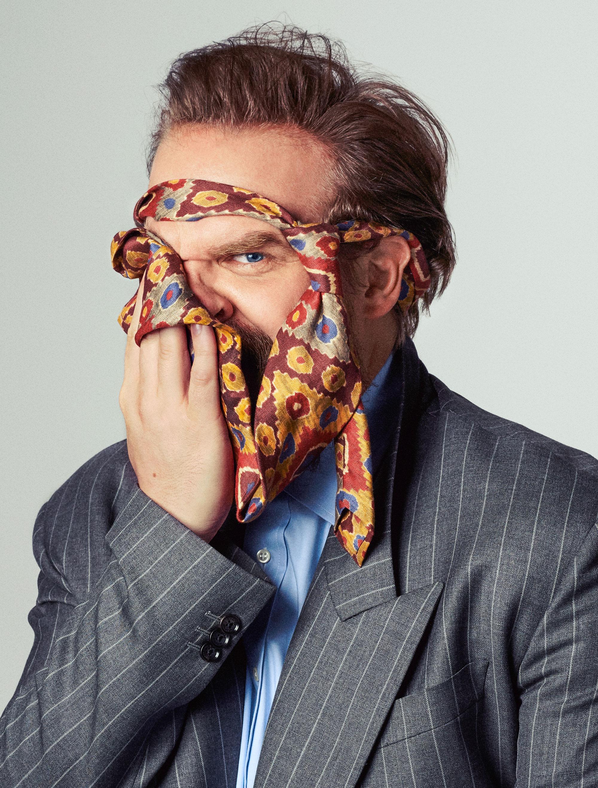 Пиджак, Versace;   рубашка, Gitman Bros.;  галстук, Paul Stuart