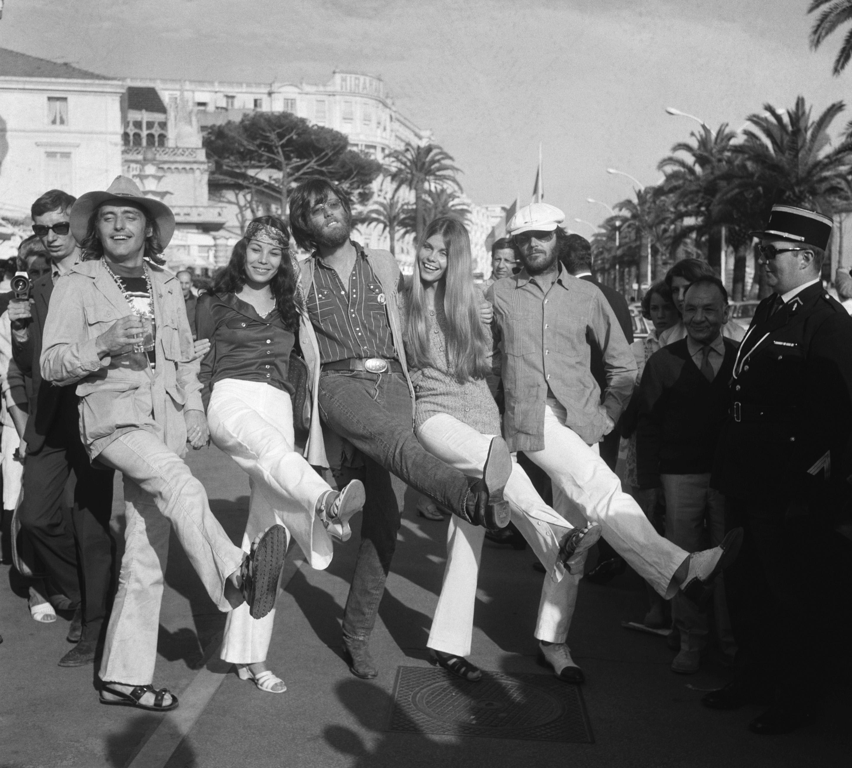 Актеры «Беспечного ездока» напремьере фильма вКаннах, 1969.