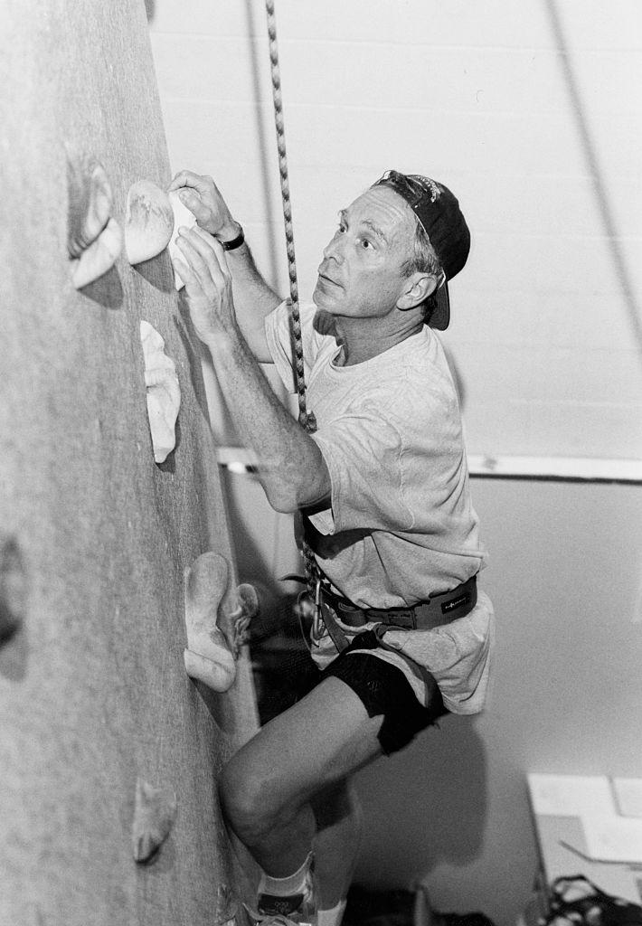47-летний Майкл Блумберг упражняется натренажере дляскалолазов, 1997 год