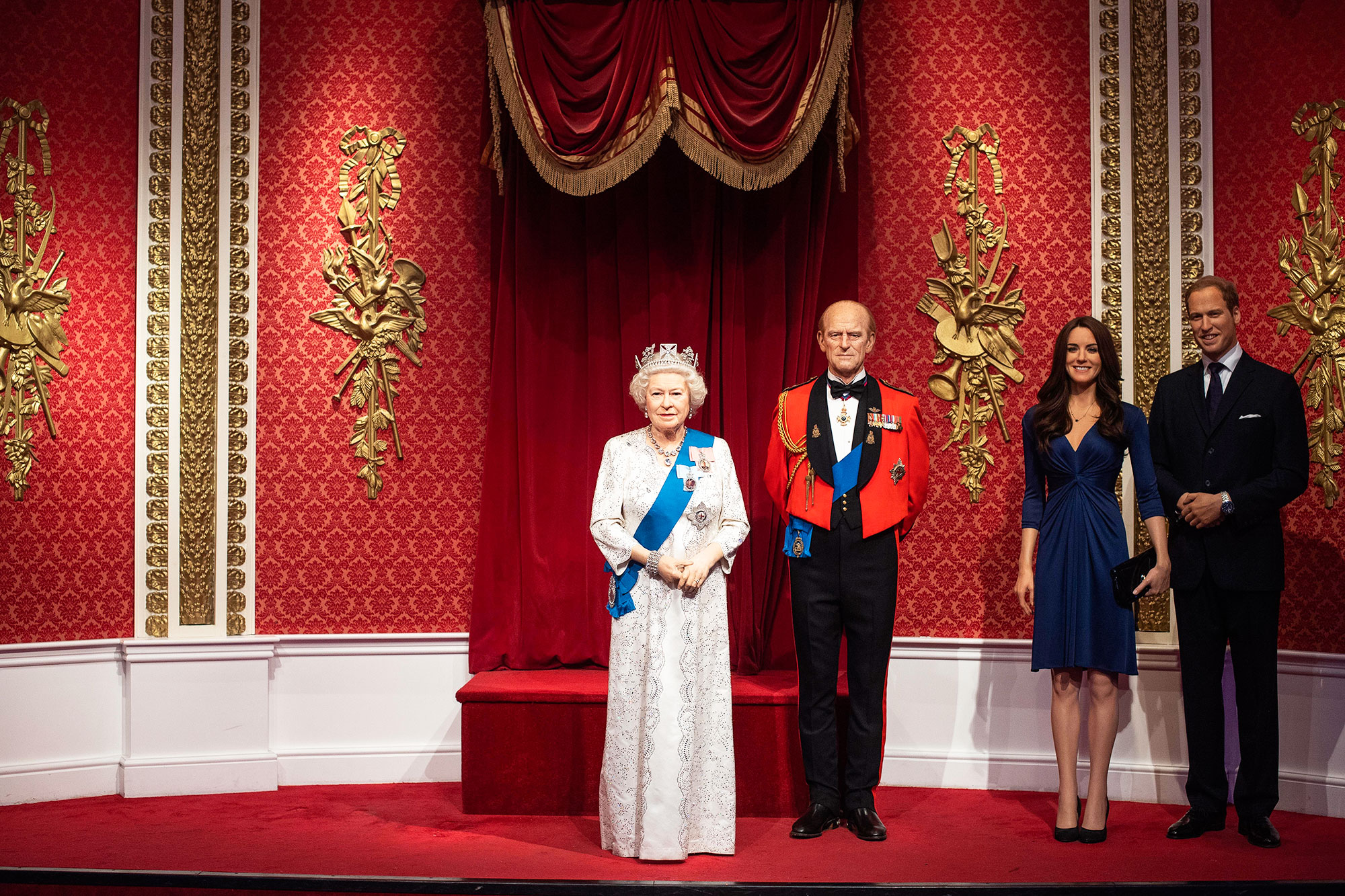 Так теперь выглядит место, где раньше стояли восковые фигуры принца Гарри иМеган Маркл вмузее Мадам Тюссо вЛондонеМузей Мадам Тюссо вЛондоне убрал изэкспозиции, посвященной королевской семье, восковые фигуры принца Гарри иМеган Маркл. Гендиректор музея Стив Дэвис назвал это реакцией нарешение герцога игерцогини Сассекских отказаться откоролевский привилегий истать более независимыми. ВБритании случившееся прозвали Мегзитом итеперь бурно обсуждают, что будет смонархией икак теперь принц Гарри иего супруга будут зарабатывать нажизнь. Подробнее обэтом можно прочитать здесь.ИСТОЧНИК: VICTORIA JONES/PA/ТАСС