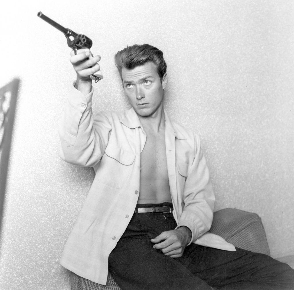 Клинт Иствуд проверяет свое оружие дома вЛос-Анджелесе, штат Калифорния, 1 июня 1956 года