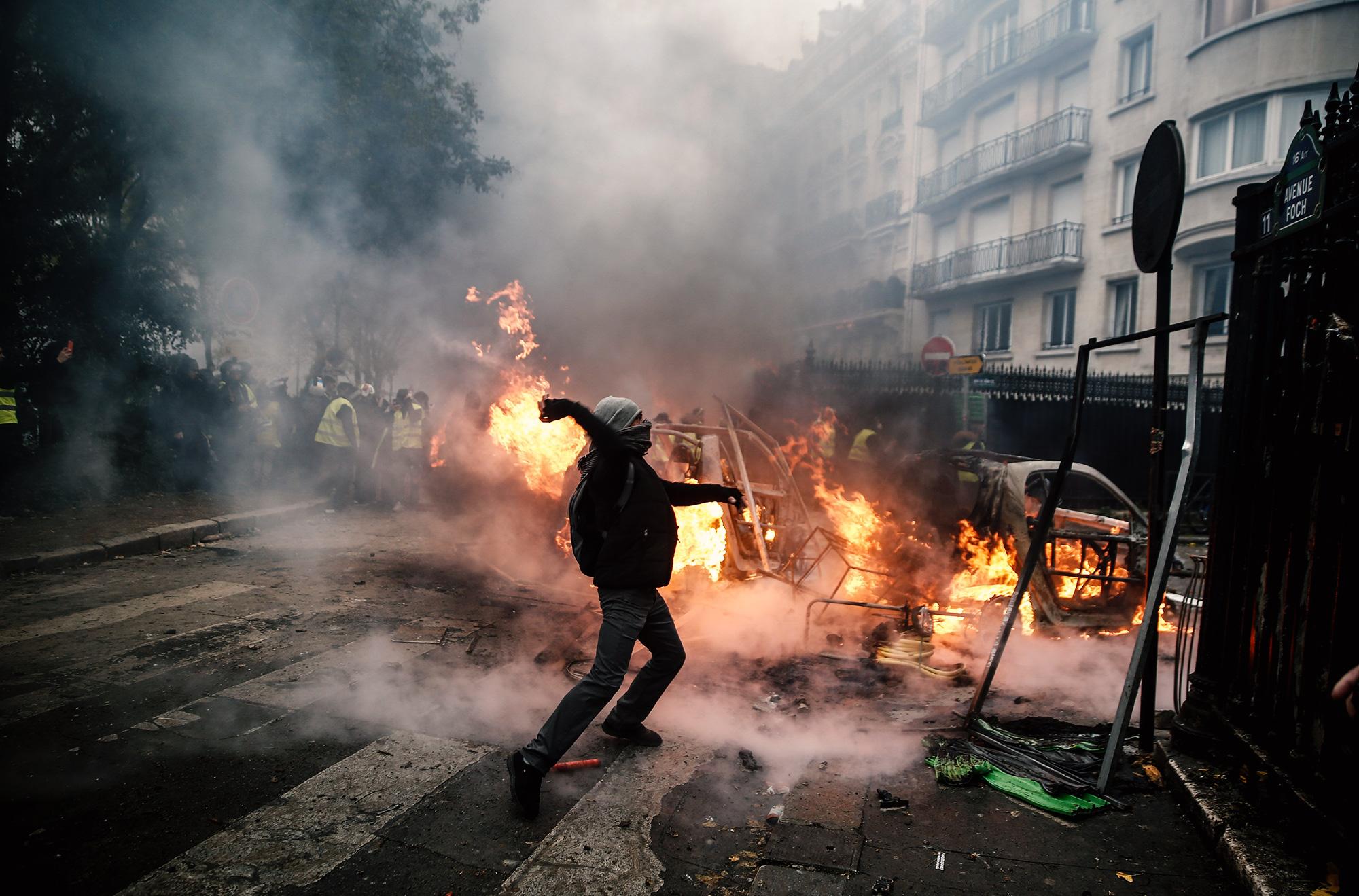Протестующий бросает снаряд всиловиков