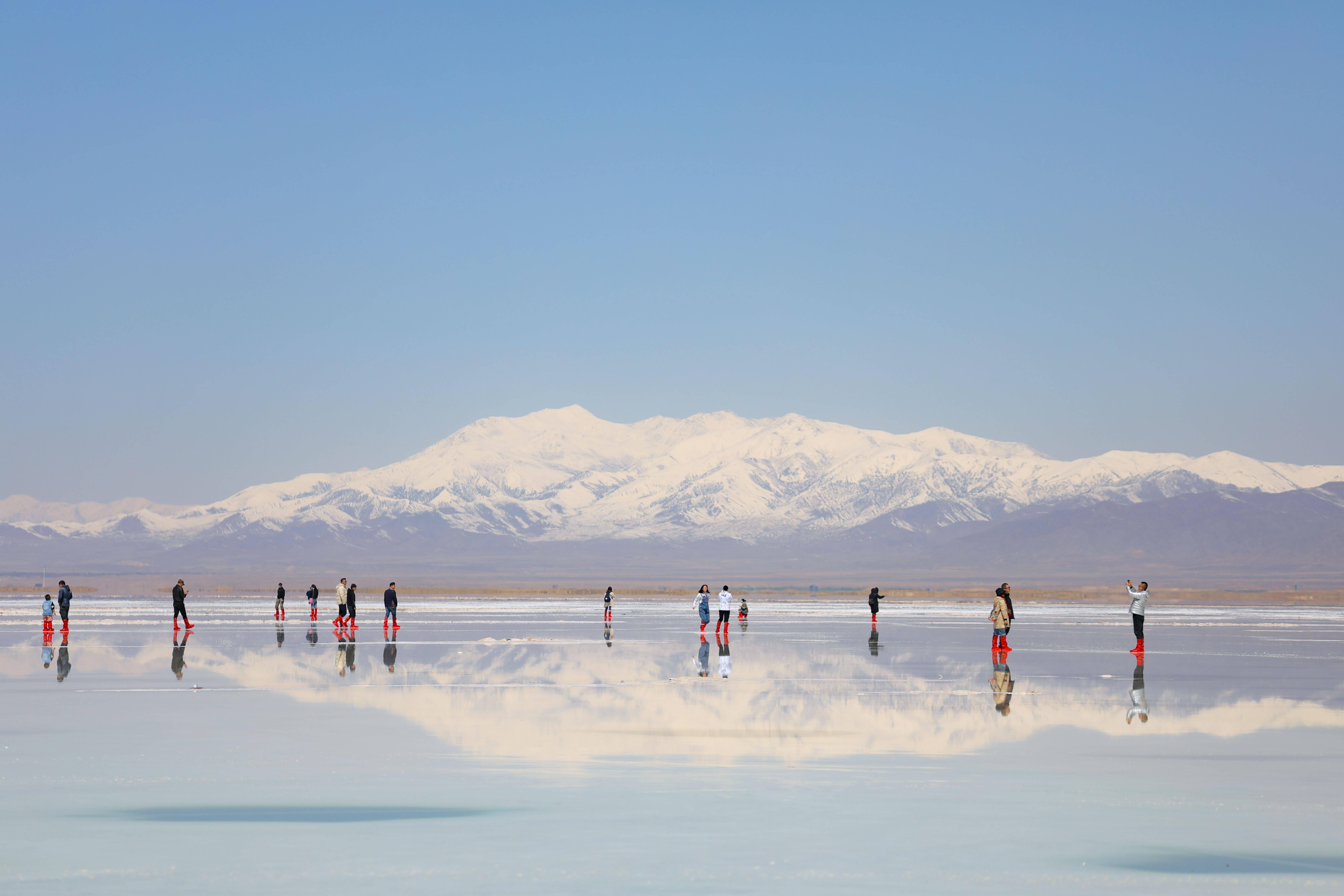 Туристы исследуют живописную местность вокруг Соленого озера Чака вокруге Вулан насеверо-западе Китая. 26 апреля озеро вновь открыли дляпосещения после длительного перерыва из-за коронавируса. 26 апреля 2020
