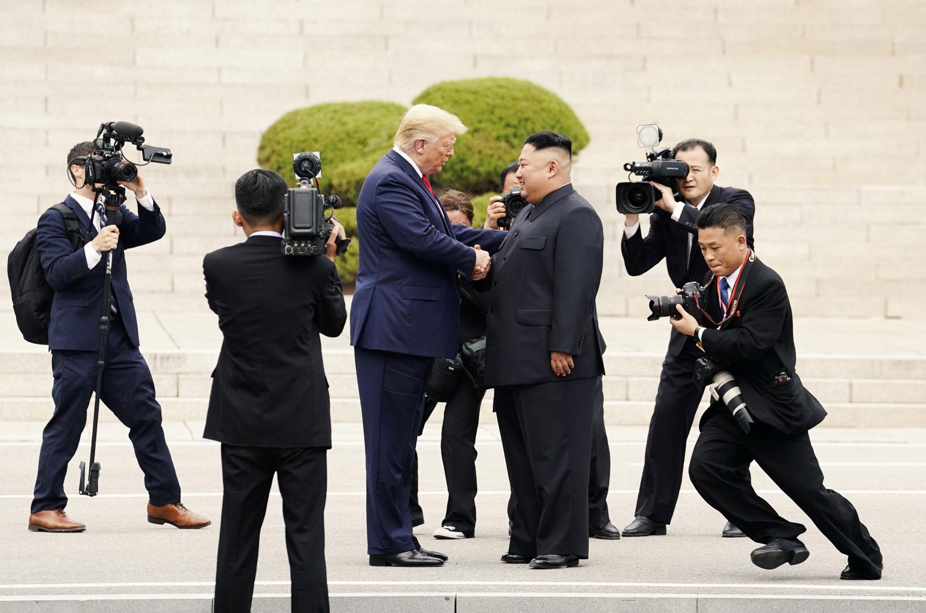 Лидеры США иКНДР Дональд Трамп иКим Чен Ын провели встречу вдемилитаризованной зоне награнице двух Корей. После обмена рукопожатиями Трамп поприглашению Ким Чен Ына пересек границу, став первым вистории действующим президентом США, оказавшимся натерритории Северной Кореи.