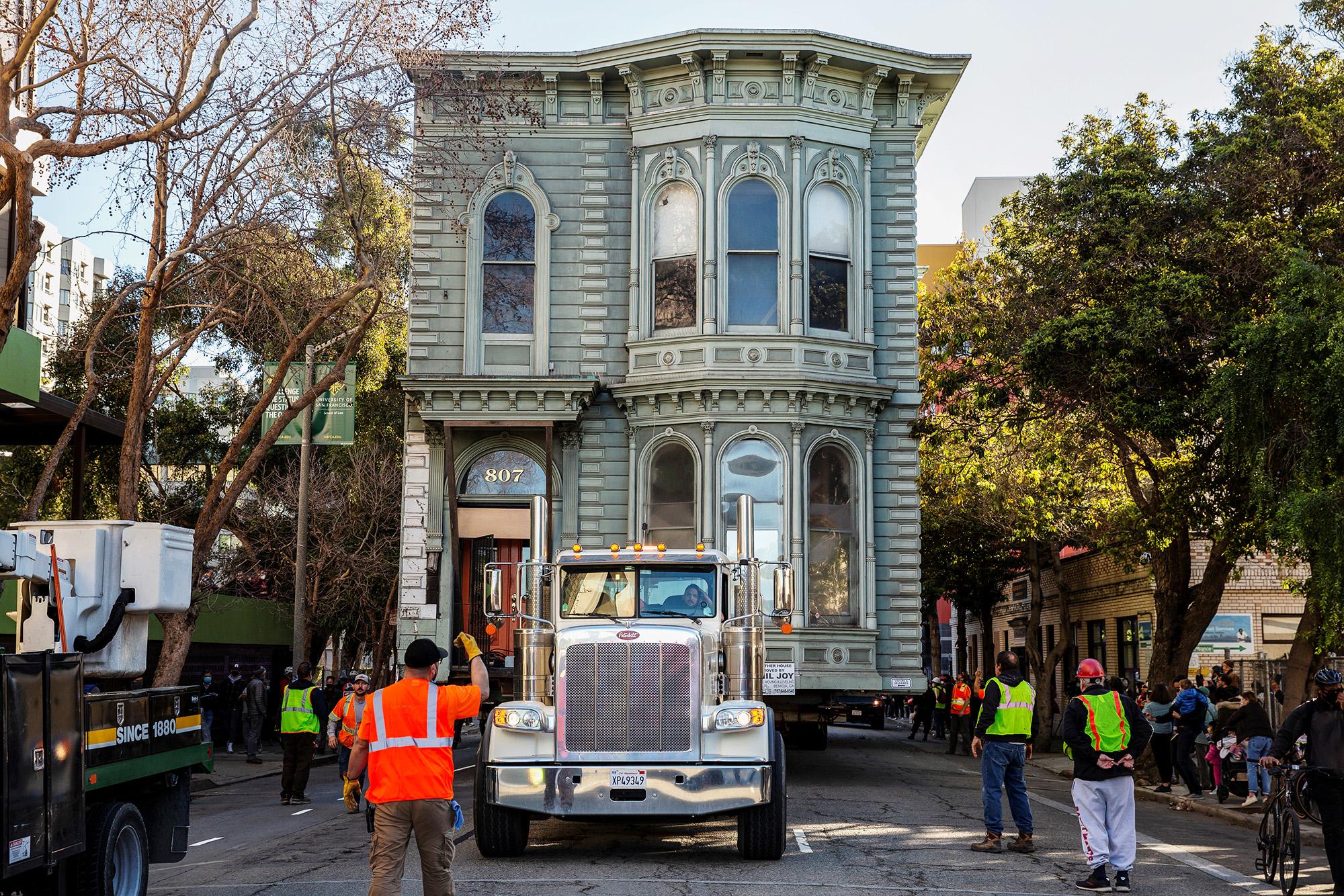 В Сан-Франциско 139-летний викторианский особняк, известный как Englander House, перевозят нановое место