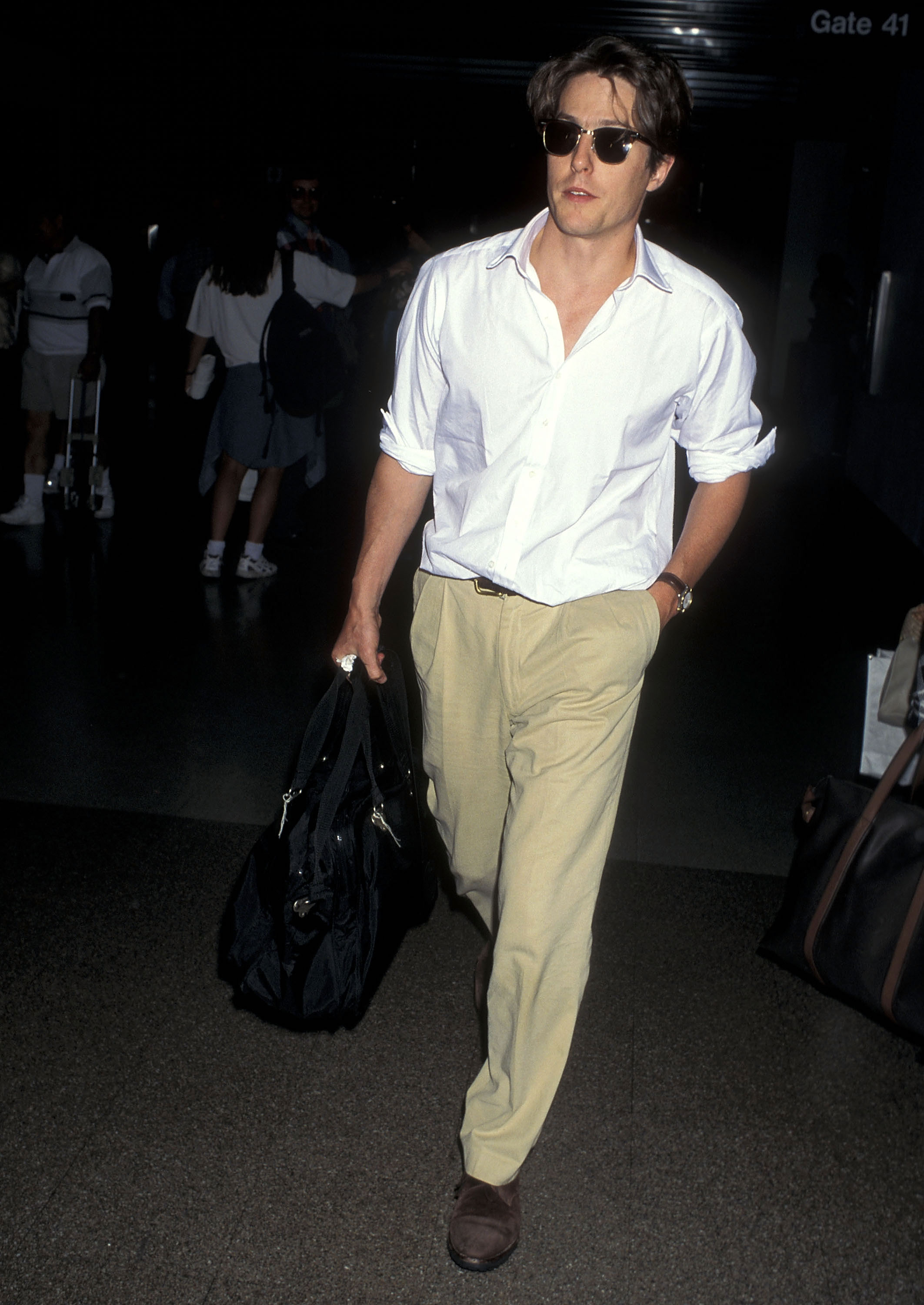 LOS ANGELES - JULY 20: Actor Hugh Grant arrives from New York City on July 20, 1995 at Los Angeles Internation Airport in Los Angeles, California. КРЕДИТ )