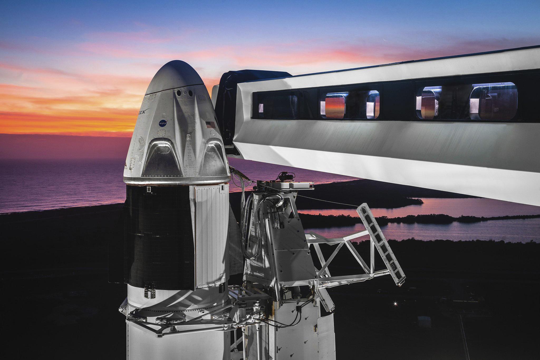 Компания Space X готовится ктестовому запуску пилотируемого корабля Crew Dragon, который вбудущем будет доставлять астронавтов наМКС. Вкосмос его будет выводить ракета Falcon-9 со стартового комплекса LC-39A Космического центра им. Кеннеди во Флориде.