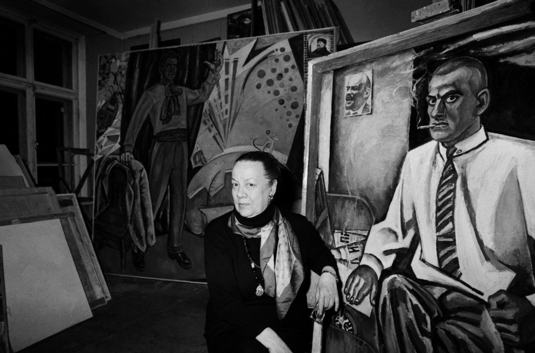 Патрисия Томпсон спортретом отца кисти художника Бориса Кожевникова вего мастерской.