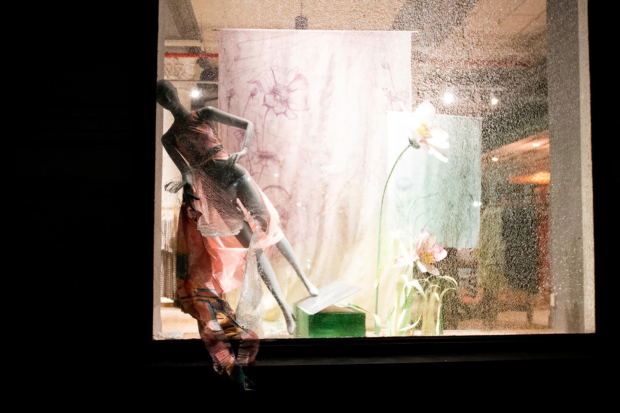 Разрушенная витрина магазина наМанхэттене, Нью-Йорк