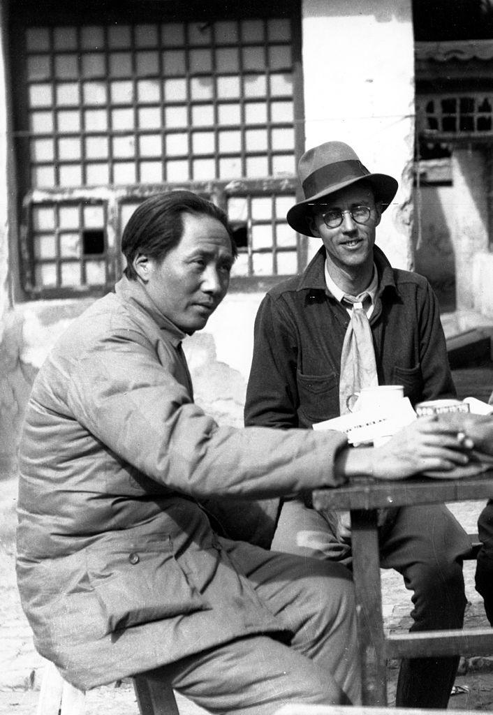 Мао Цзэдун (слева) ижурналист ифотограф Эрл Лиф (справа) позируют дляпортрета вкитайском Коммунистическом штабе вЯньане, Китай, 1938 год