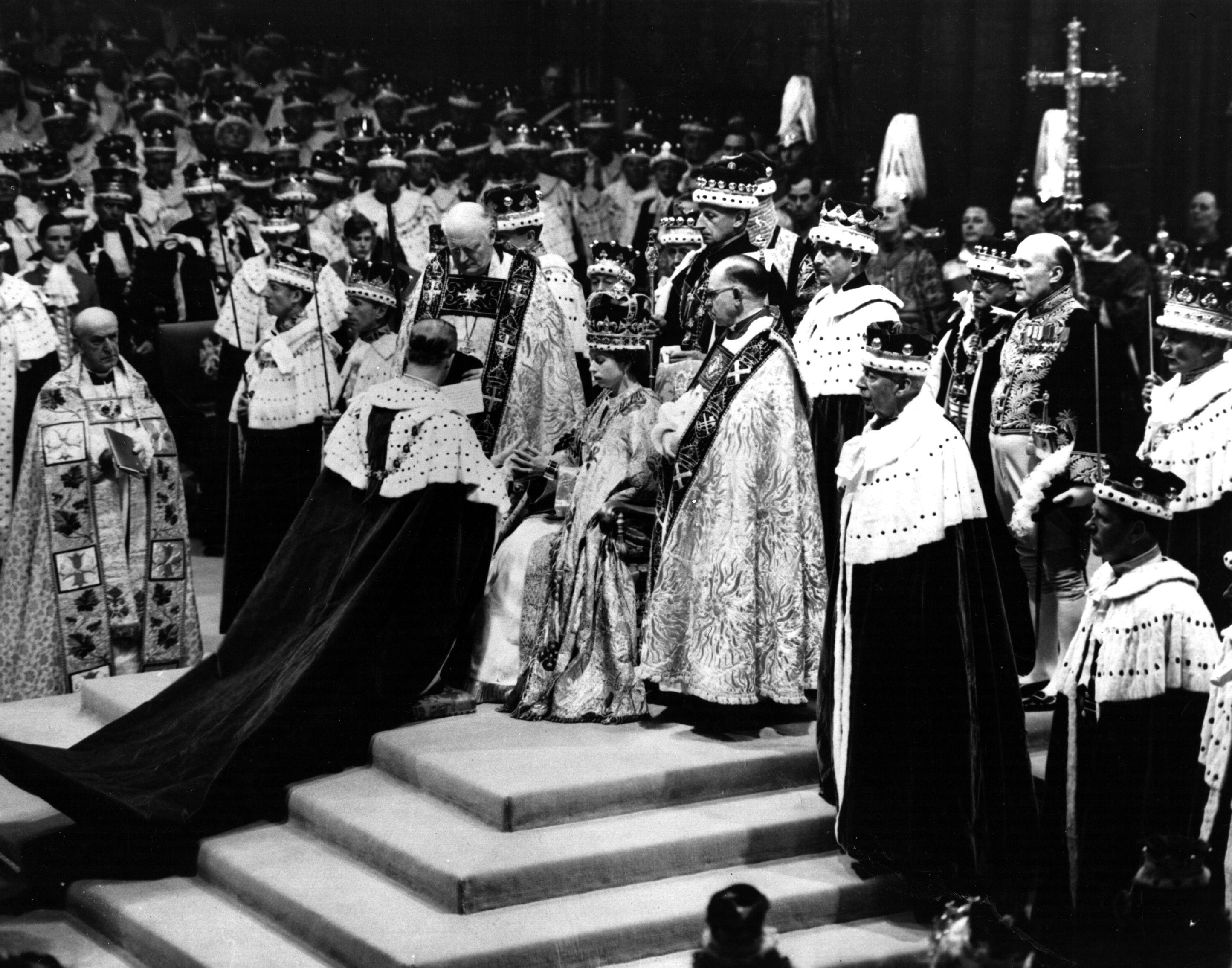 Принц Филипп делает поклон Елизавете II во время ее коронации в1953 году