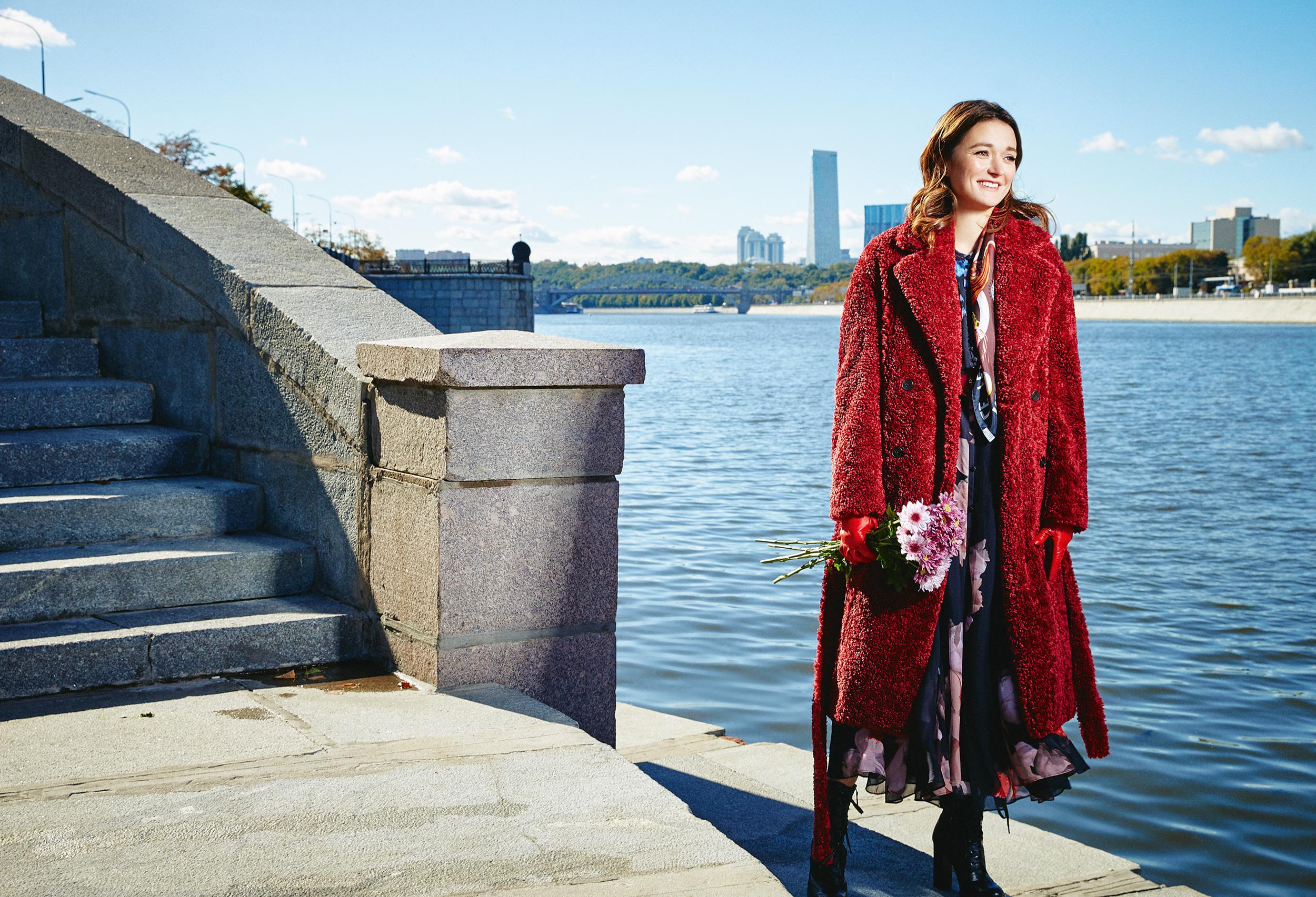 Здесь идалее: пальто Boss  платье Dorothee Schumacher  платок Dior  сумка Gucci  перчатки Versace  ботильоны Nando Muzi