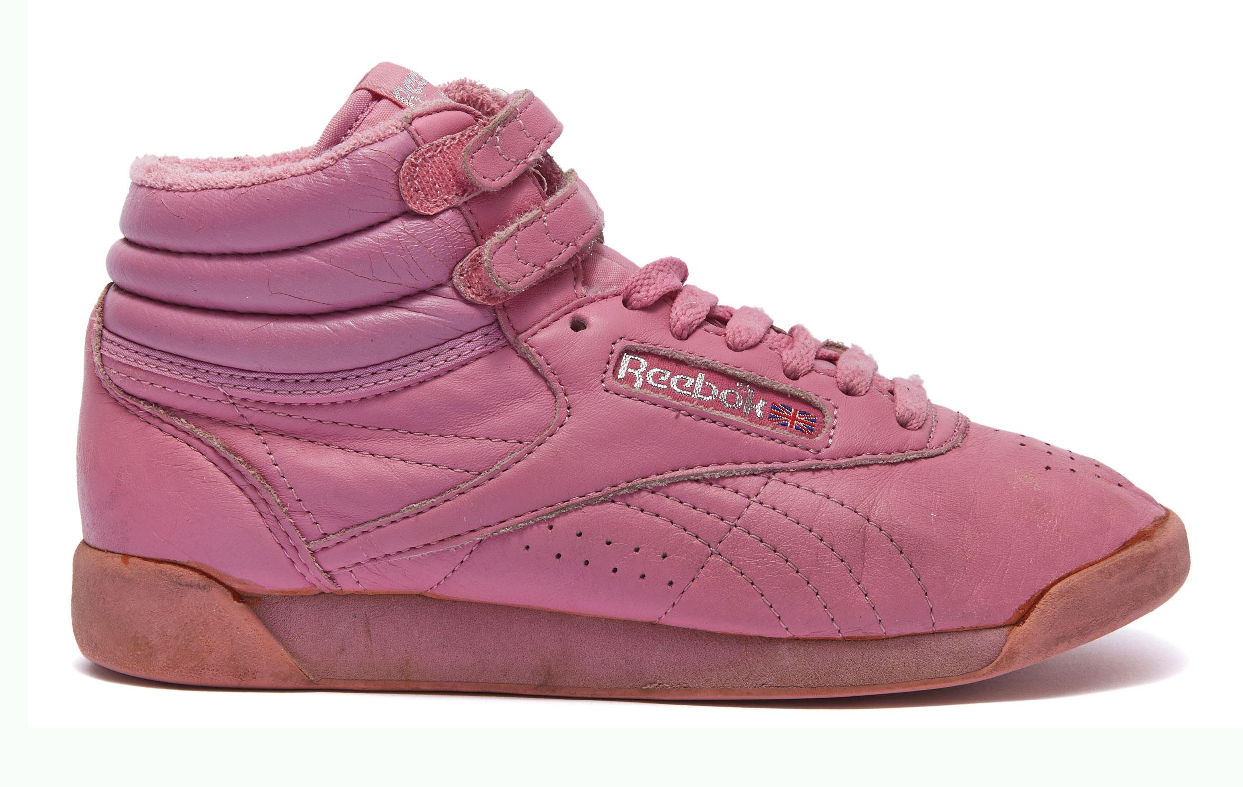 В 1987 году Reebok был первым брендом, придумавшим обувь специально дляаэробики — так появилась культовая модель Reebok Freestyle Hi. Стех пор она неоднократно переосмысливалась иперевыпускалась.
