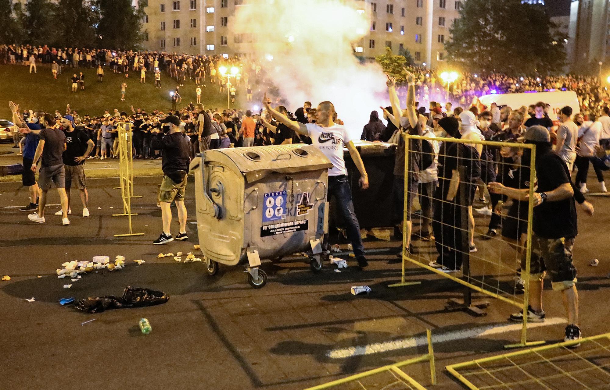 Баррикады измусорных баков, которые построили протестующие вночь на10 августа вМинске, Беларусь