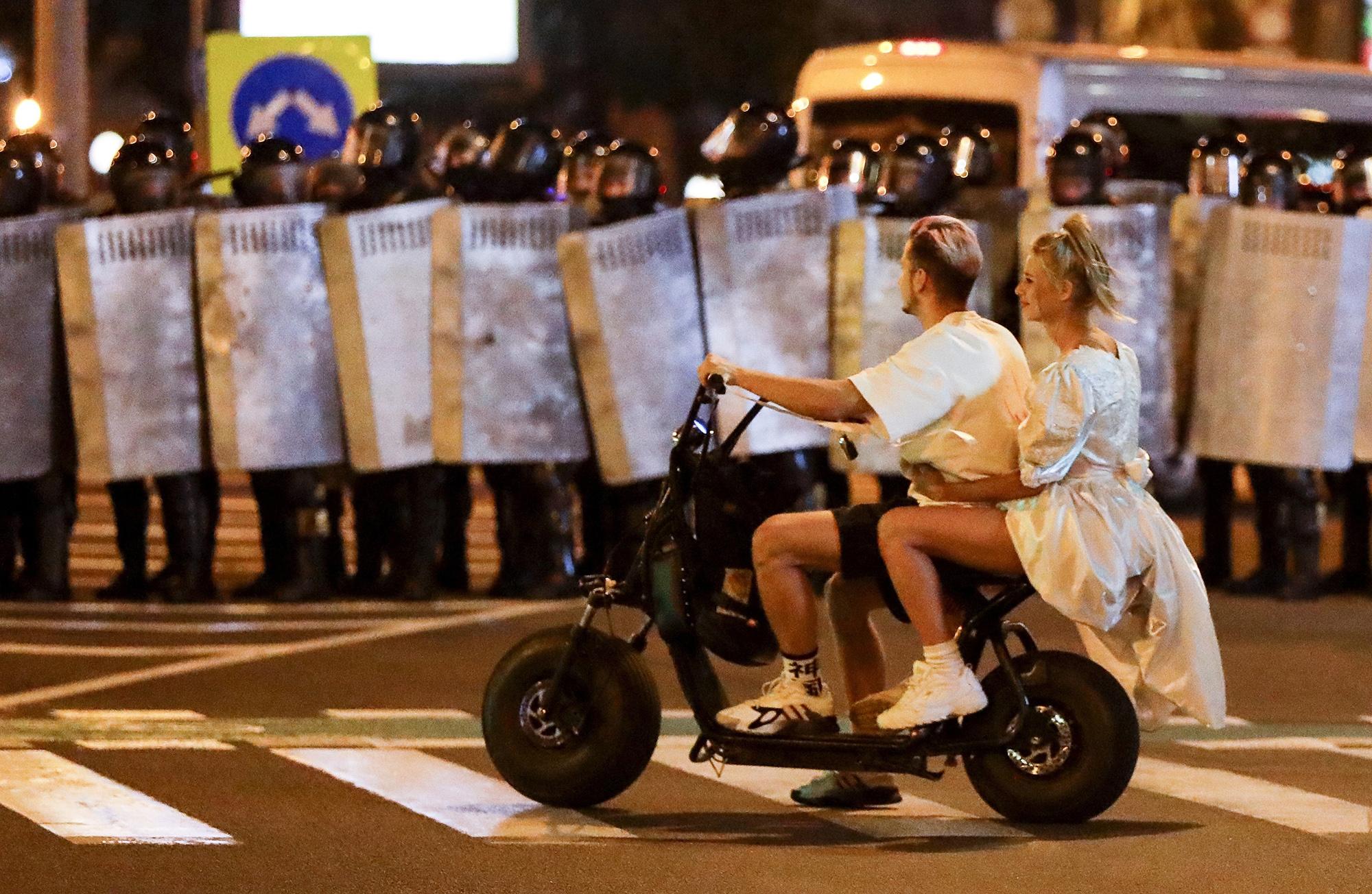 Молодая пара изМинска впервую ночь протестов вБеларуси 9 августа.
