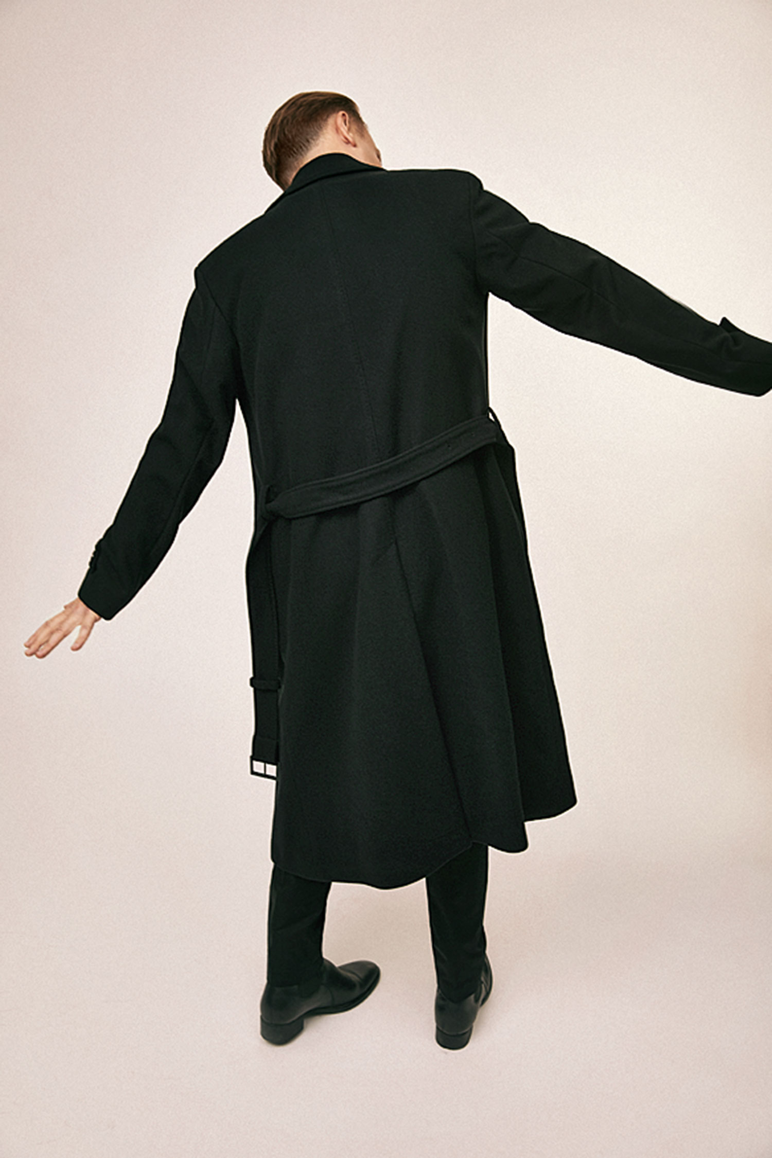 Пальто Boss; футболка хенли ибрюки, все Dolce & Gabbana; казаки Vagabond