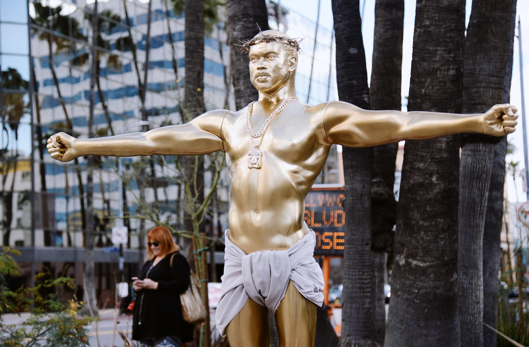 Пластиковая скульптура, изображающая Канье Уэста вобразе Иисуса Христа, Лос-Анджелес