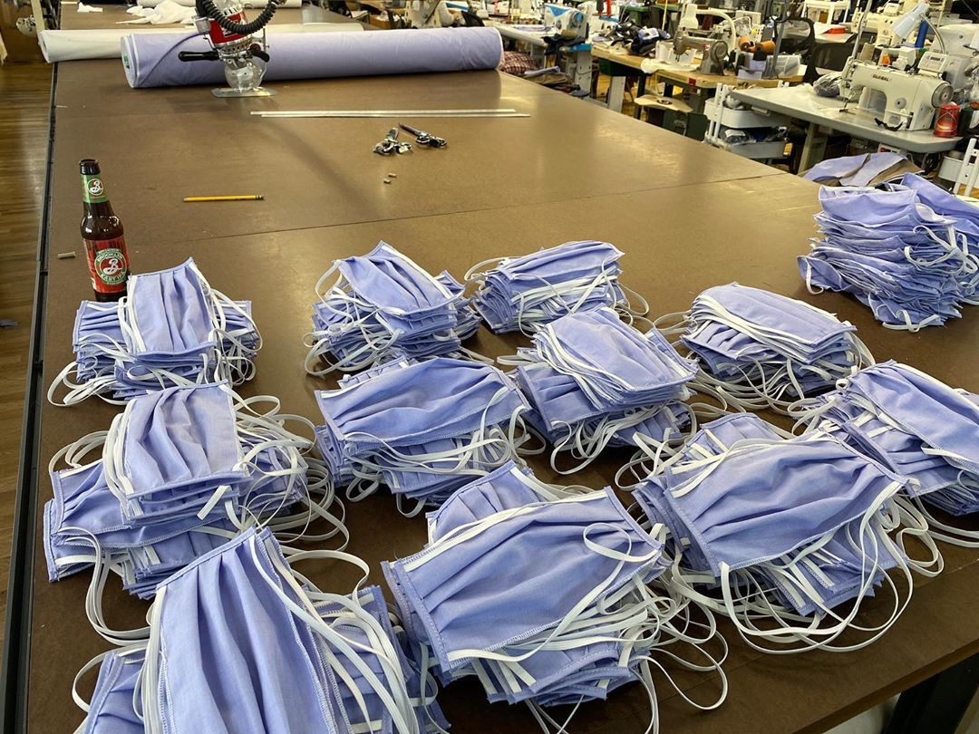 Компания Hertling рассчитывает добыть спецткань, а пока шьет маски изхлопка