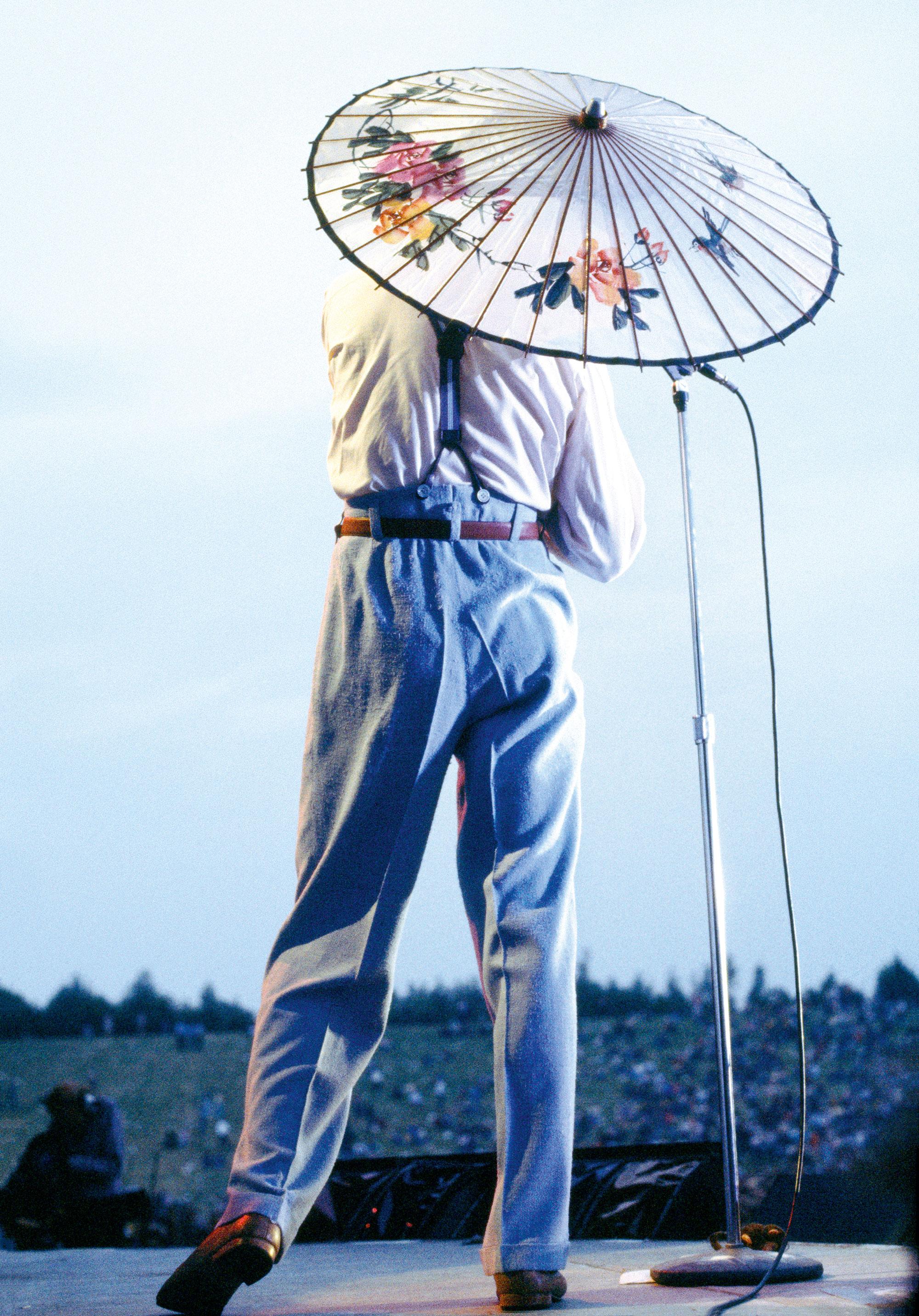 Дэвид Боуи насцене фестиваля Milton Keynes Bowl